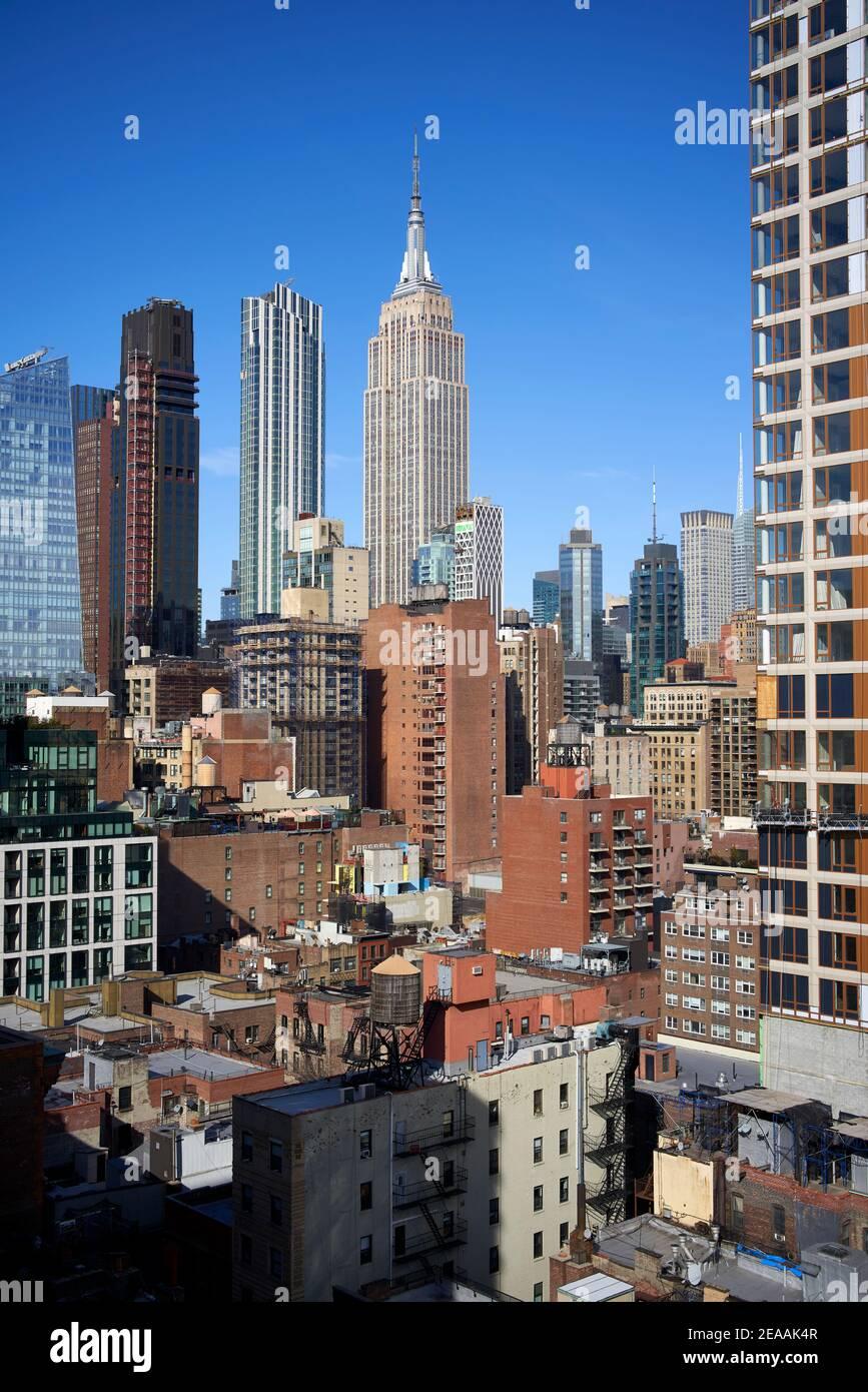 Panorama con edificios de gran altura y el Empire State Building en el centro de Manhattan, Nueva York Foto de stock