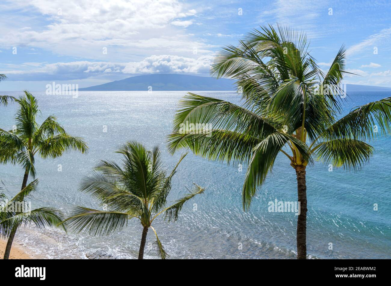 Isla Tropical - un brillante día soleado en la costa noroeste de la isla de Maui, con la isla Lanai en el horizonte. Maui, Hawai, Estados Unidos. Foto de stock