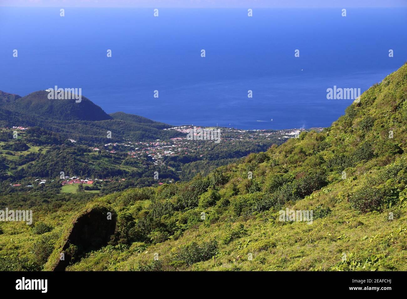 Paisaje de Guadalupe - Basse-Terre ciudad vista desde las laderas del volcán la Soufriere. Foto de stock