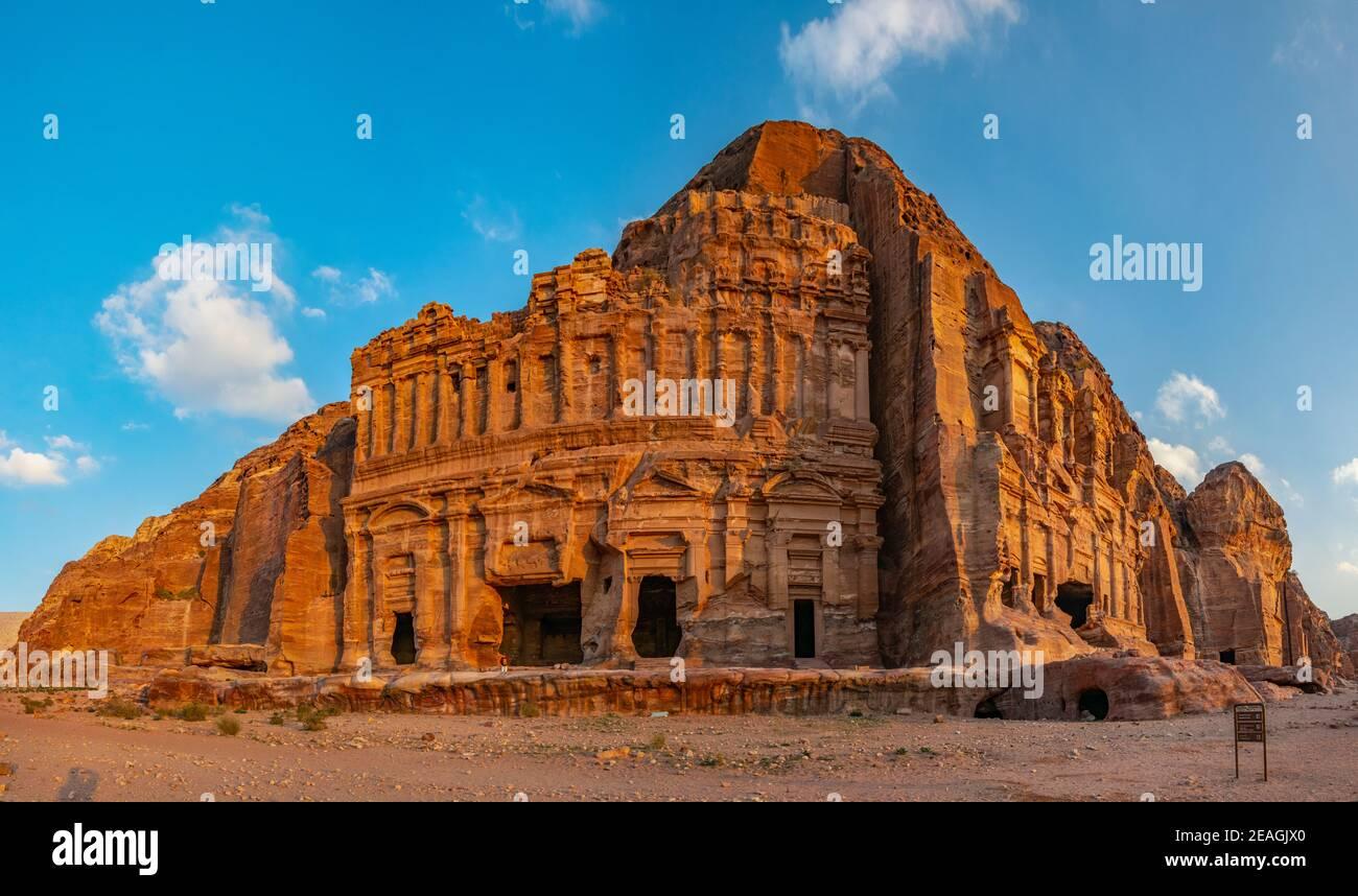 Tumbas de Corinto y Palacio en petra, Jordania Foto de stock