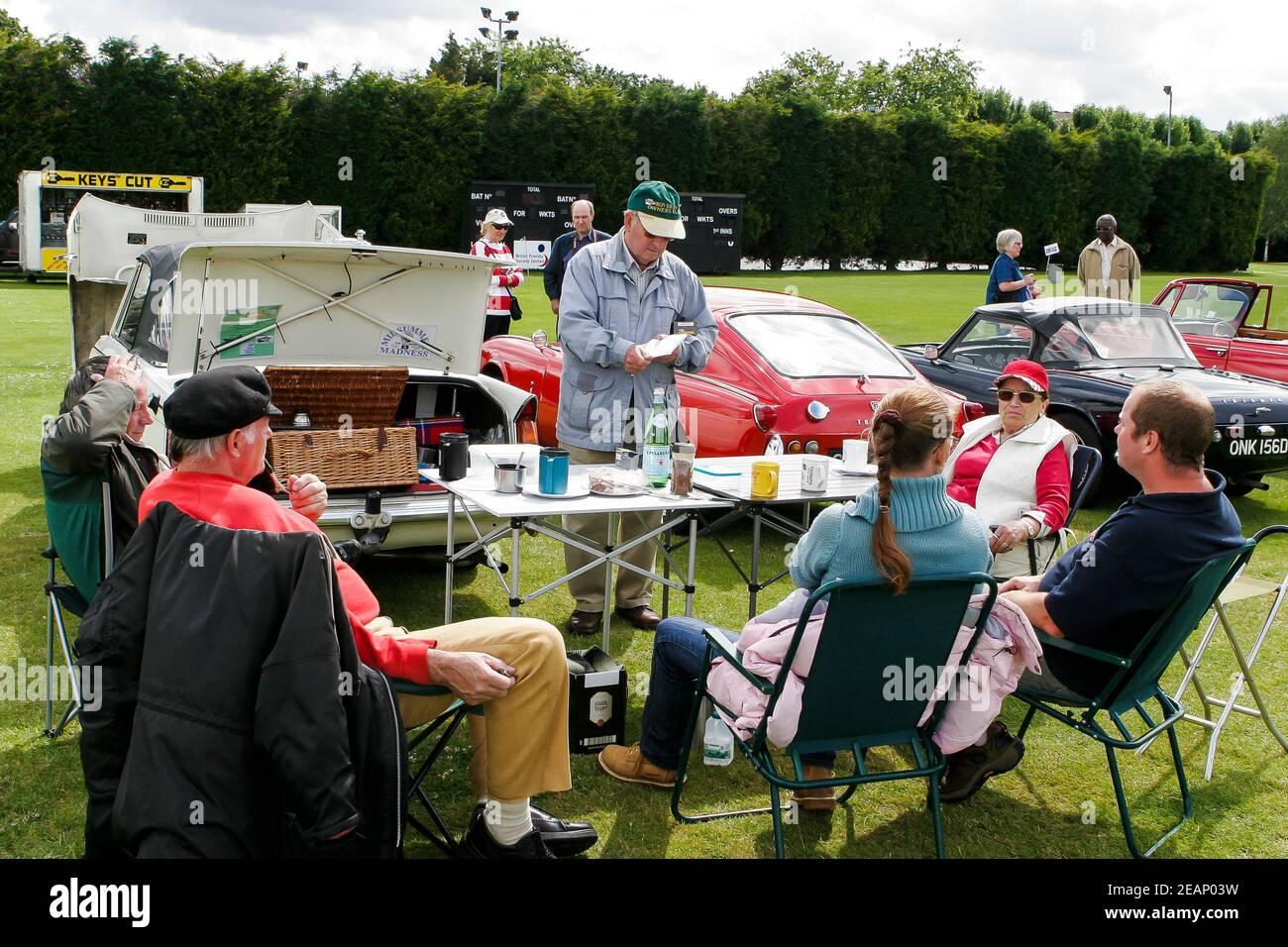 Entusiastas del automóvil y expositores disfrutando de un picnic y una taza de té en un clásico show de coches, Reino Unido Foto de stock