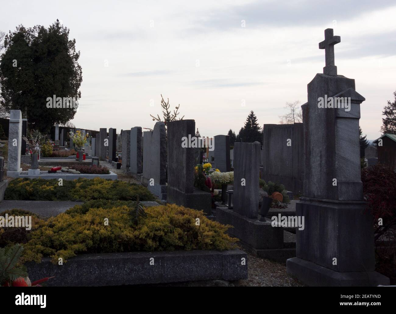 cementerio o cementerio donde están enterrados los muertos Foto de stock