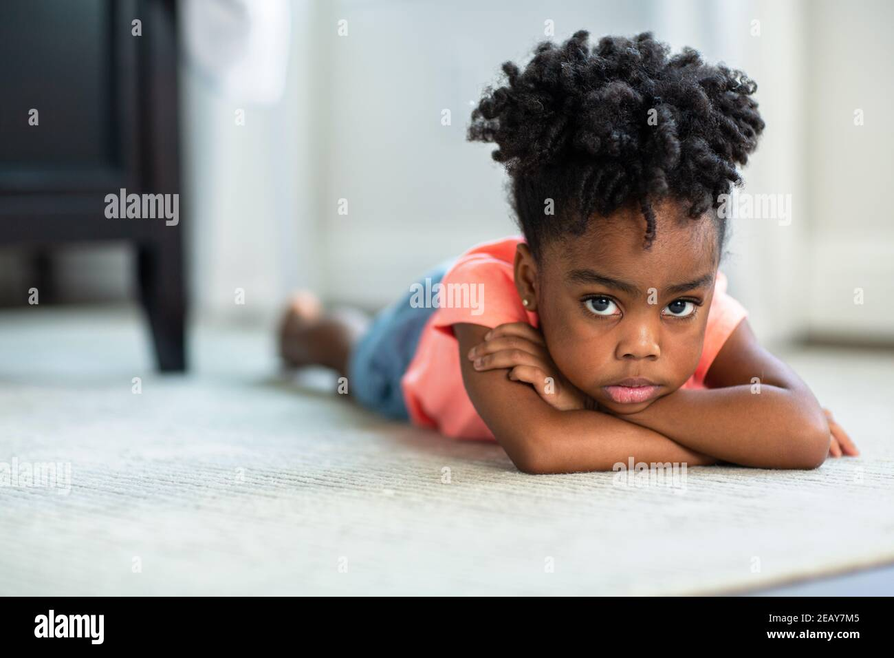 Una niña afroamericana disgustada y que puta. Foto de stock