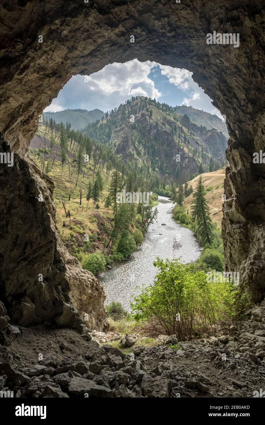 Vista de Big Creek desde una cueva en la Iglesia Frank - River of no Return Wilderness, Idaho. Foto de stock