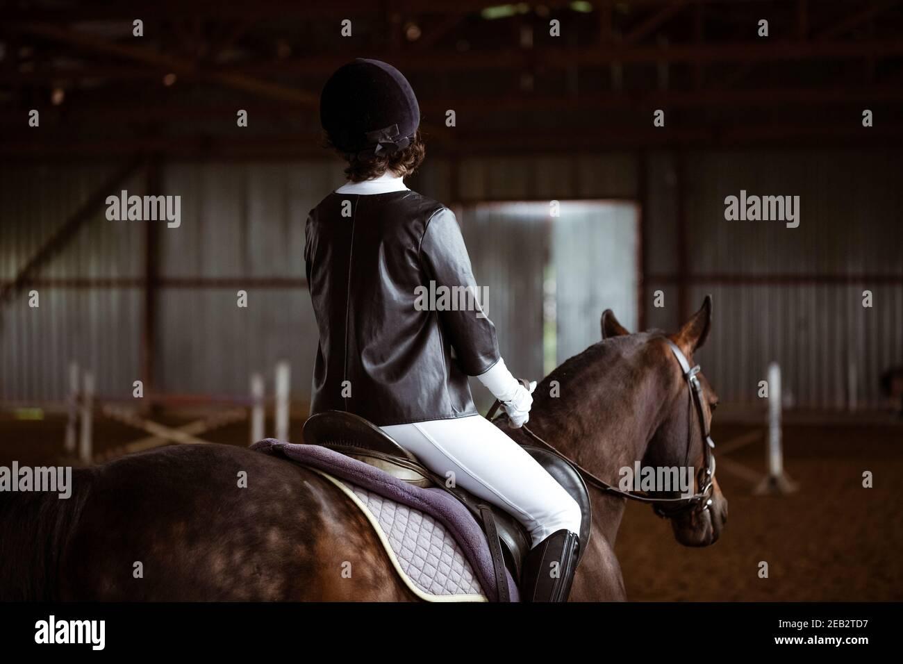 La joven se dedica a los deportes ecuestres, la formación a caballo Foto de stock