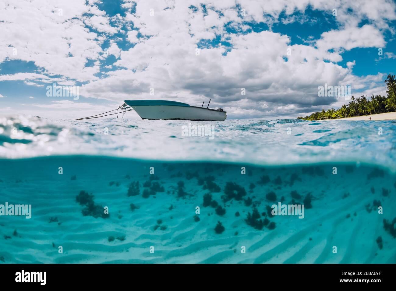 Océano tropical transparente con barco blanco en Mauricio. Vista dividida. Foto de stock