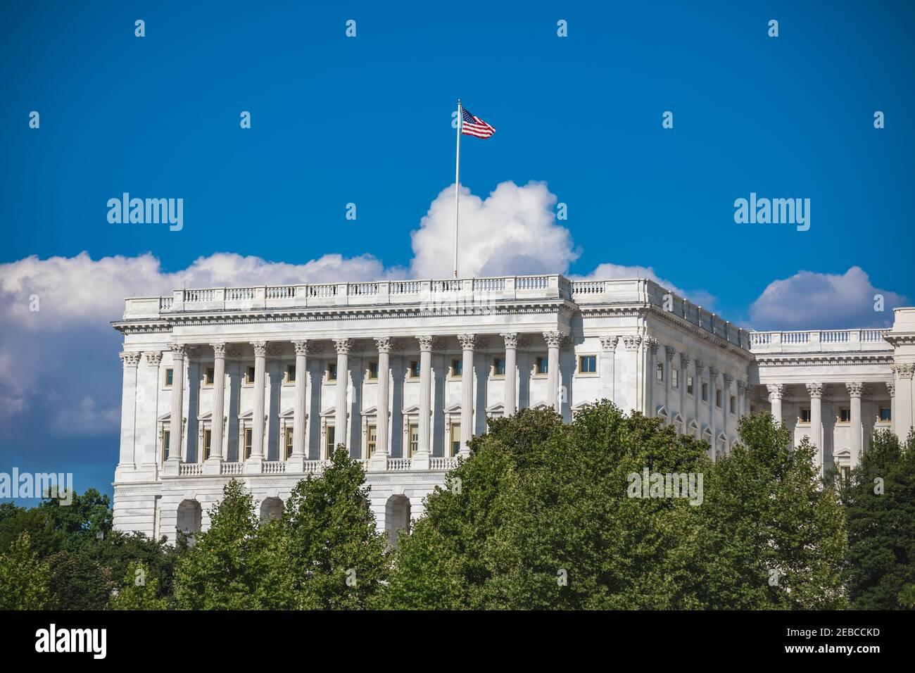 Bandera estadounidense volando sobre el exterior de la cámara del Senado del edificio del Capitolio de los Estados Unidos en Washington, DC Foto de stock