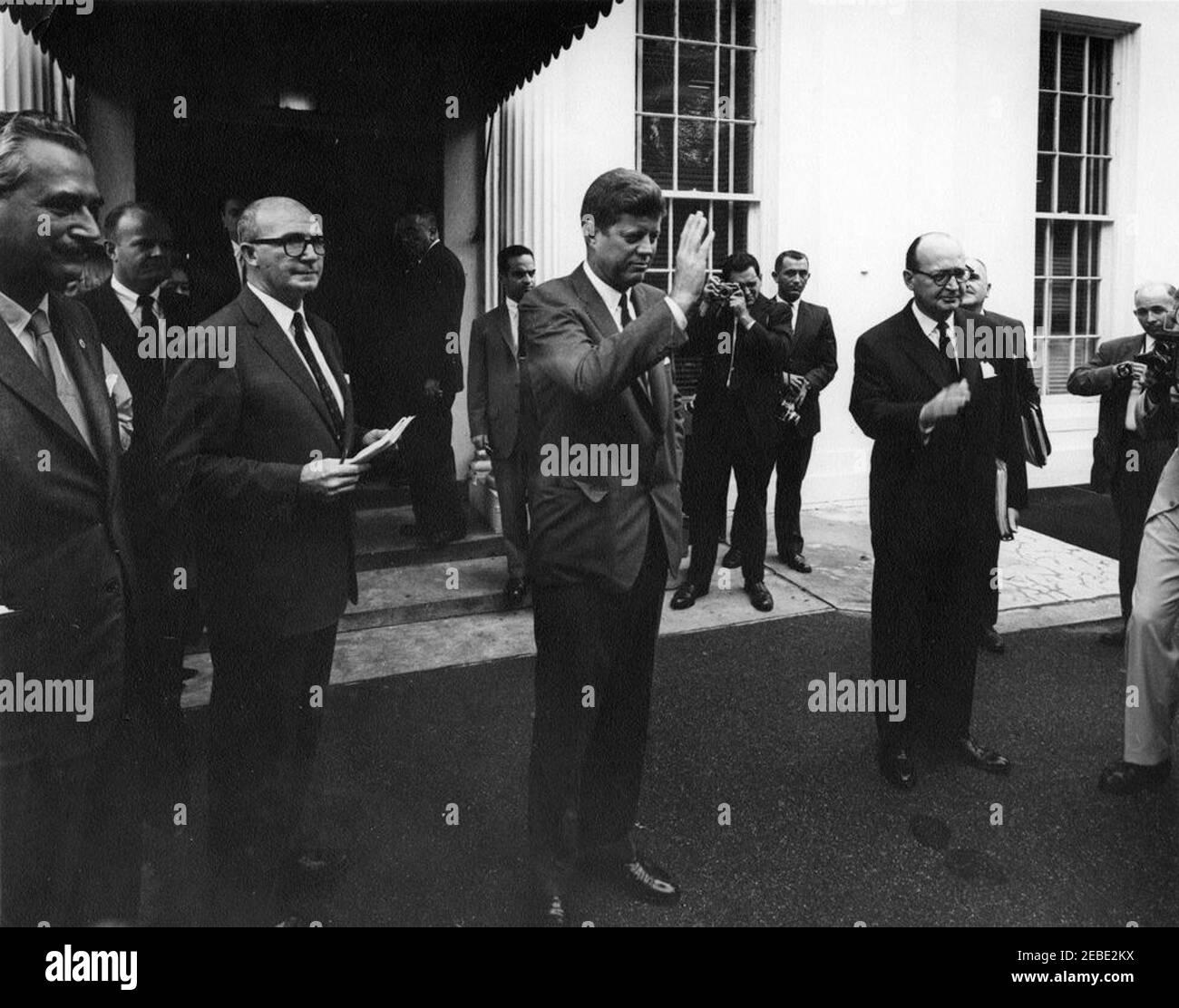 Encuentro con el Dr. Manuel Prado Ugarteche, Presidente del Perú, 10:05AM. El Presidente John F. Kennedy y otros se preparan para saludar al Presidente Manuel Prado Ugarteche del Perú fuera de la Casa Blanca, Washington, D.C., Dave Powers, Asistente Especial del Presidente Kennedy, está a la izquierda del Presidente Kennedy (cuaderno de espera); el Subsecretario de Estado para Asuntos Interamericanos Robert F. Woodward está a la derecha del Presidente Kennedy. También en la foto: Agentes del Servicio Secreto, Stewart u0022Stuu0022 Stout y Richard u0022Dicku0022 Johnsen. Foto de stock