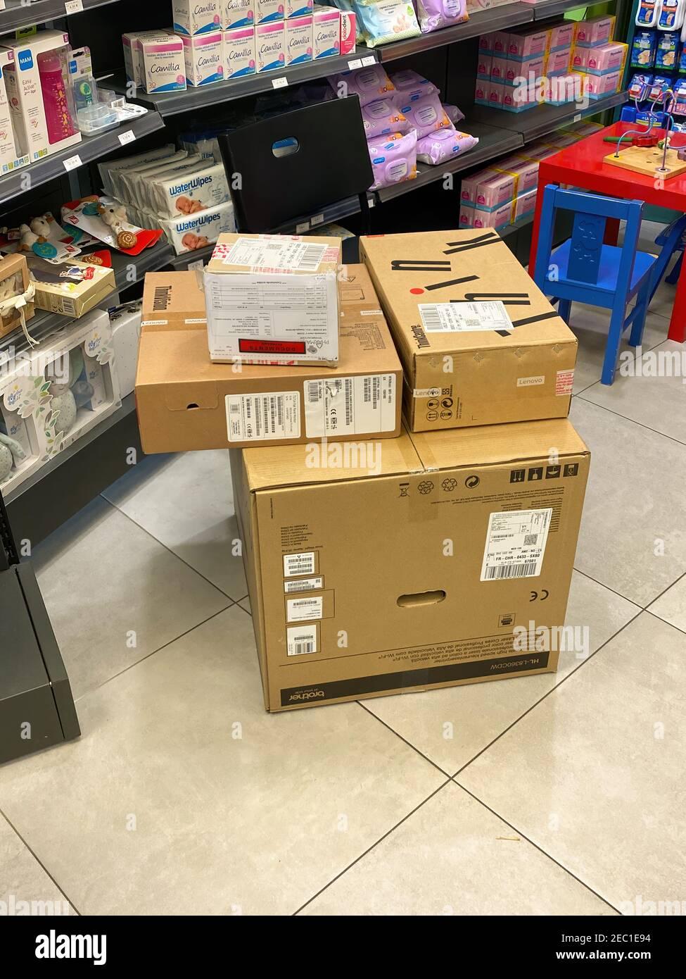 Estrasburgo, Francia - 17 de octubre de 2020: Cajas con ordenador personal Lenovo e impresora láser Brother en el piso de la farmacia Foto de stock