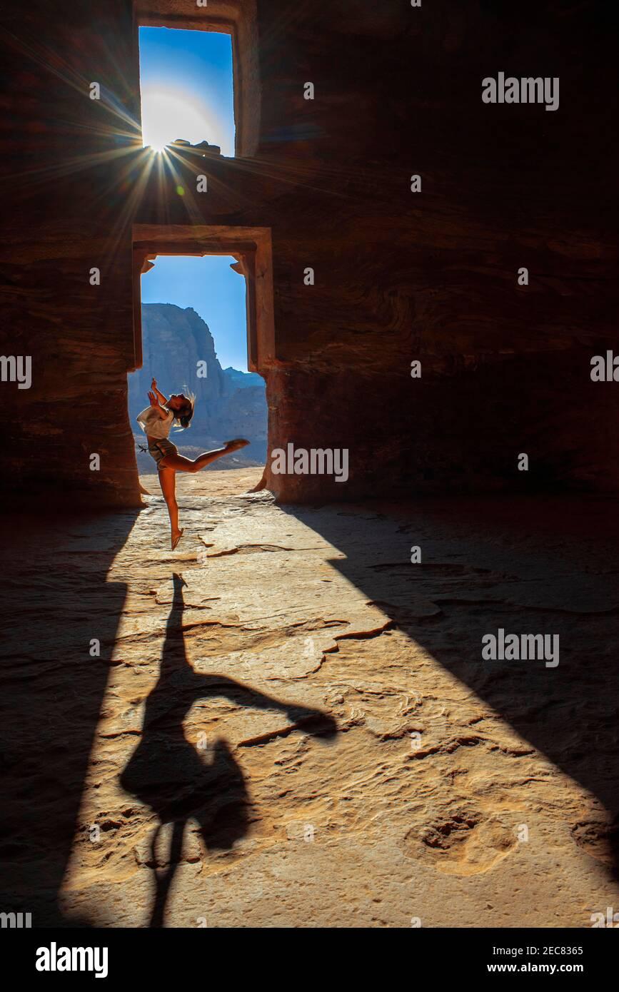 Bailando dentro de la Tumba Corinthiana y la Tumba del Palacio de las Tumbas reales en la ciudad de rock de Petra. La Tumba de Urn de las Tumbas reales en la ciudad de rock Foto de stock