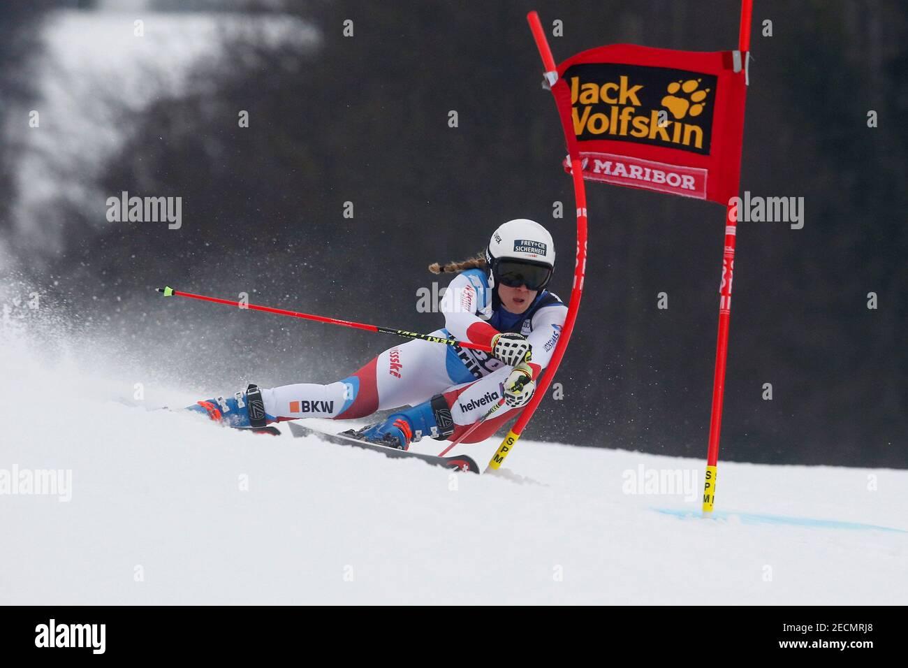 Esquí alpino - Copa Mundial de esquí alpino - Slalom femenino - Slalom femenino - Maribor, Eslovenia - 1 de febrero de 2019 Andrea Ellenberger de Suiza en acción durante la primera carrera REUTERS/Borut Zvulovic Foto de stock