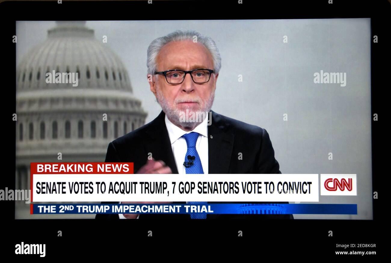 Pantalla de televisión del presentador de noticias de la CNN Wolf Blitzer que informa el voto del Senado de los EE.UU. Para absolver al ex presidente Donald Trump en su segundo juicio de juicio político. Foto de stock