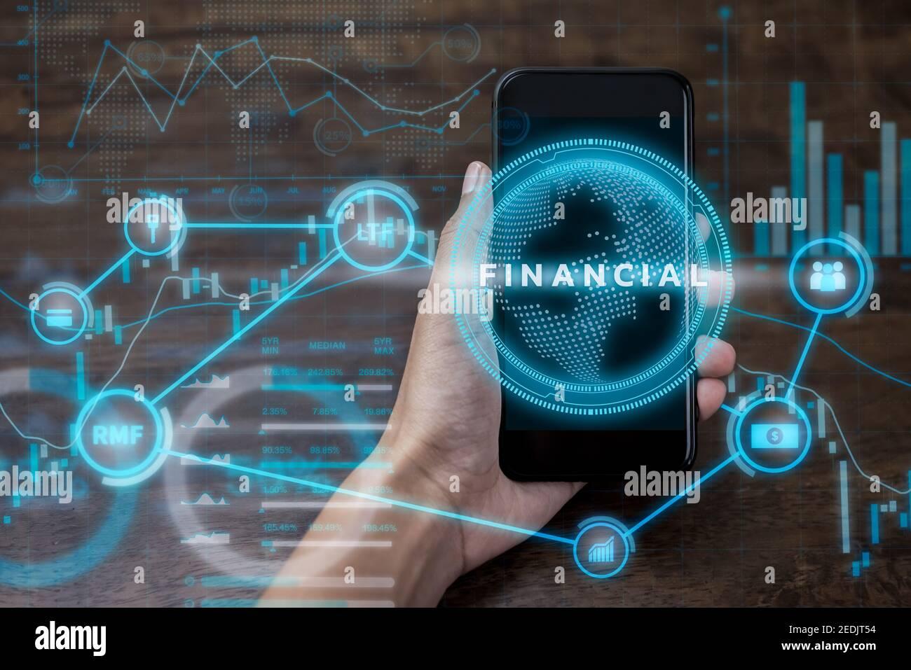 Smartphone de mano con futurista tecnología financiera y de inversión digital pantalla de datos, concepto fintech Foto de stock