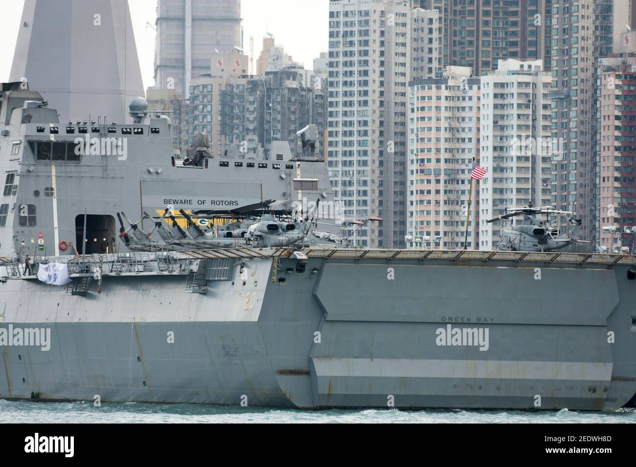 Vista del muelle anfibio USS Green Bay (LPD 20) frente al horizonte de los edificios, atracado en la entrada del puerto Victoria como parte de una visita programada al puerto. Green Bay es parte del Bonhomme Richard Expeditionary Strike Group visto aquí en Hong Kong Hong Kong, SAR, China, PRC. © Time-Snaps Foto de stock