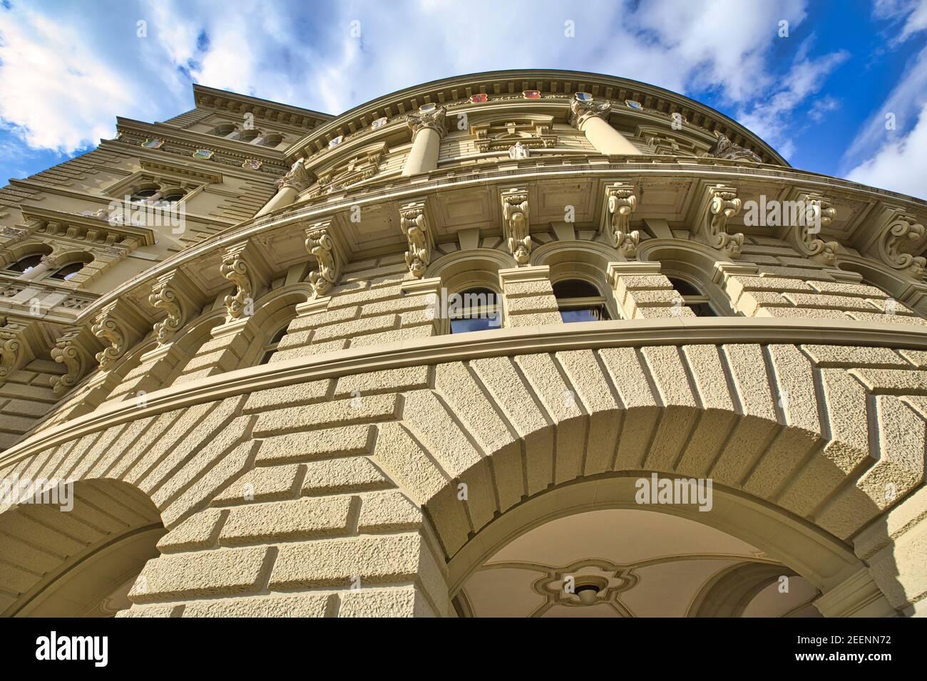Vista inferior de los detalles del edificio del Parlamento o Bundeshausthe alberga la Asamblea Federal Suiza y el Consejo Federal. Un punto de referencia histórico Foto de stock