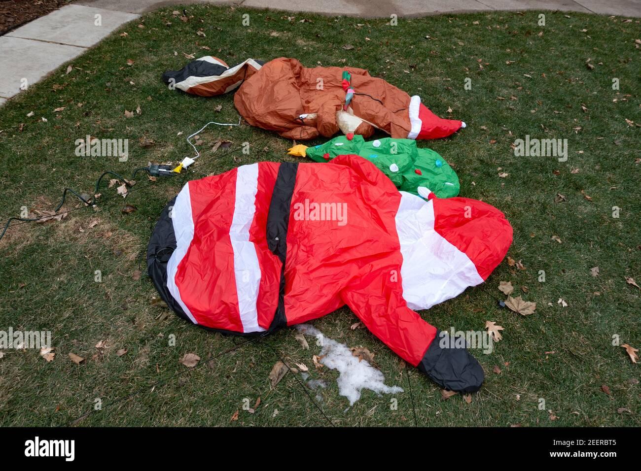 Adornos navideños desinflados en el patio delantero de una casa. St Paul Minnesota MN EE.UU Foto de stock