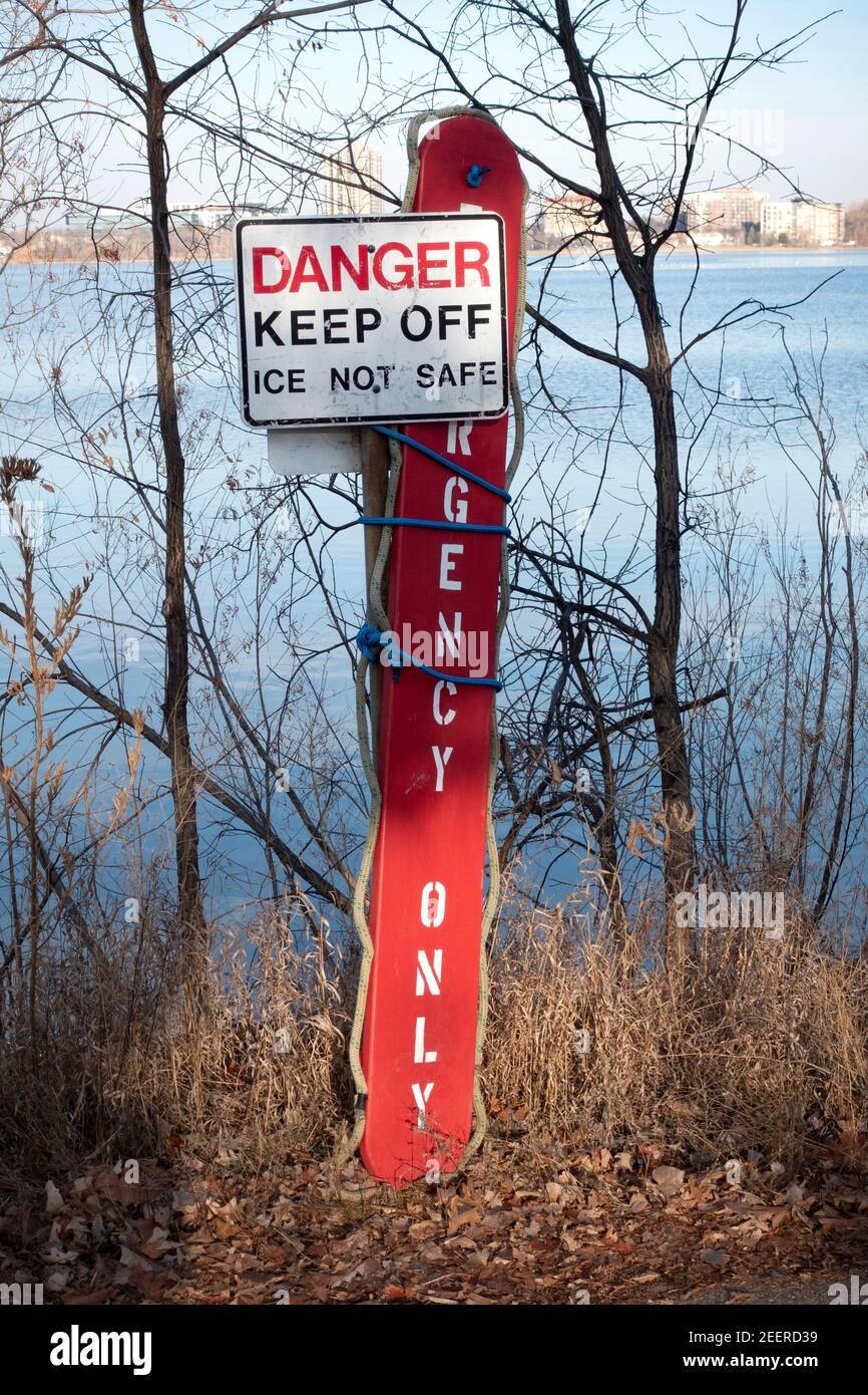 Placa de hielo de recuperación para salvar vidas de emergencia con cuerda larga atada a la señal de advertencia para mantener el hielo delgado en el lago BDE Maka Ska. Minneapolis Minnesota MN EE.UU Foto de stock