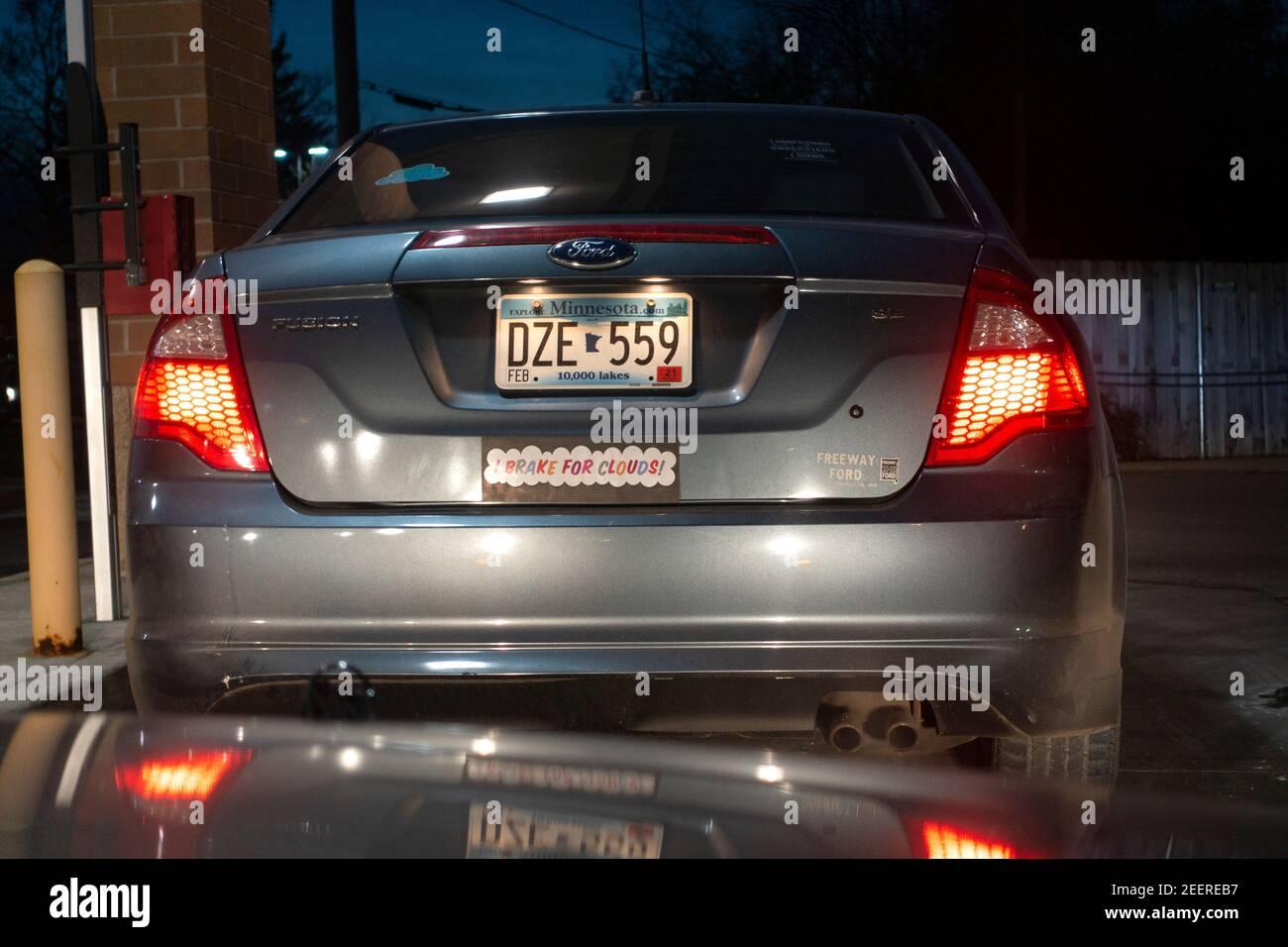 """Firma en el adhesivo del parachoques del coche diciendo """"I Brake for Clouds"""". St Paul Minnesota MN EE.UU Foto de stock"""