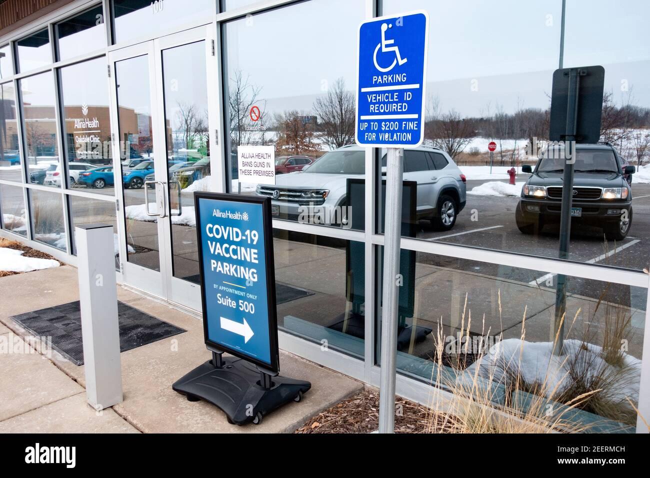 Alina Health Oakdale Clinic, señal de ubicación y dirección para la vacuna Covid-19 junto con la señal de estacionamiento para discapacitados. Oakdale Minnesota Minnesota, Minnesota, EE.UU Foto de stock