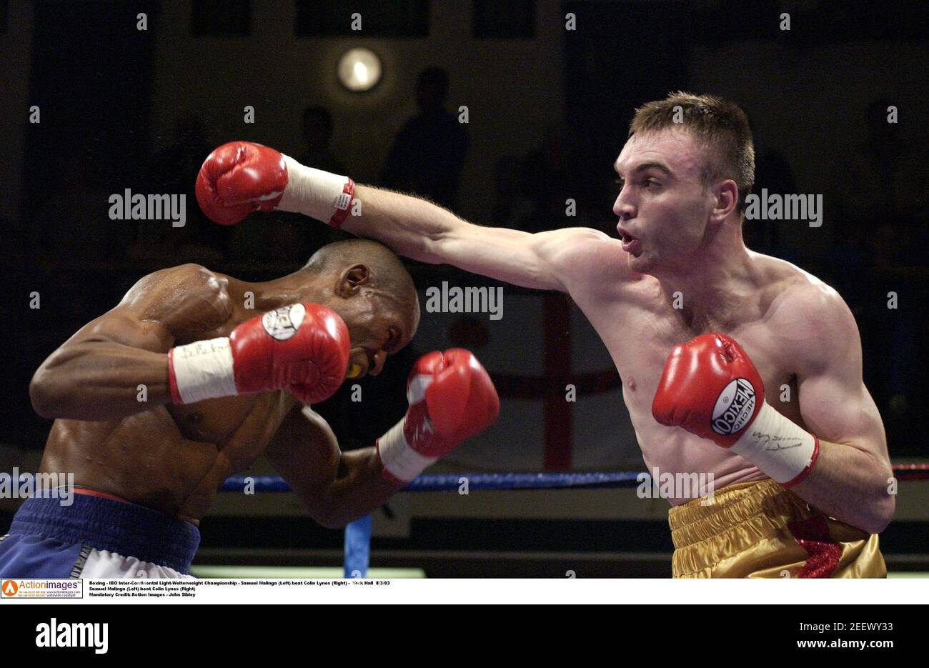 Boxeo - IBO Inter-Continental Light-Welterweight Championship - Samuel Malinga (izquierda) venció a Colin Lynes (derecha) - York Hall 8/3/03 Samuel Malinga (izquierda) venció a Colin Lynes (derecha) crédito obligatorio: Acción Imágenes - John Sibley Foto de stock