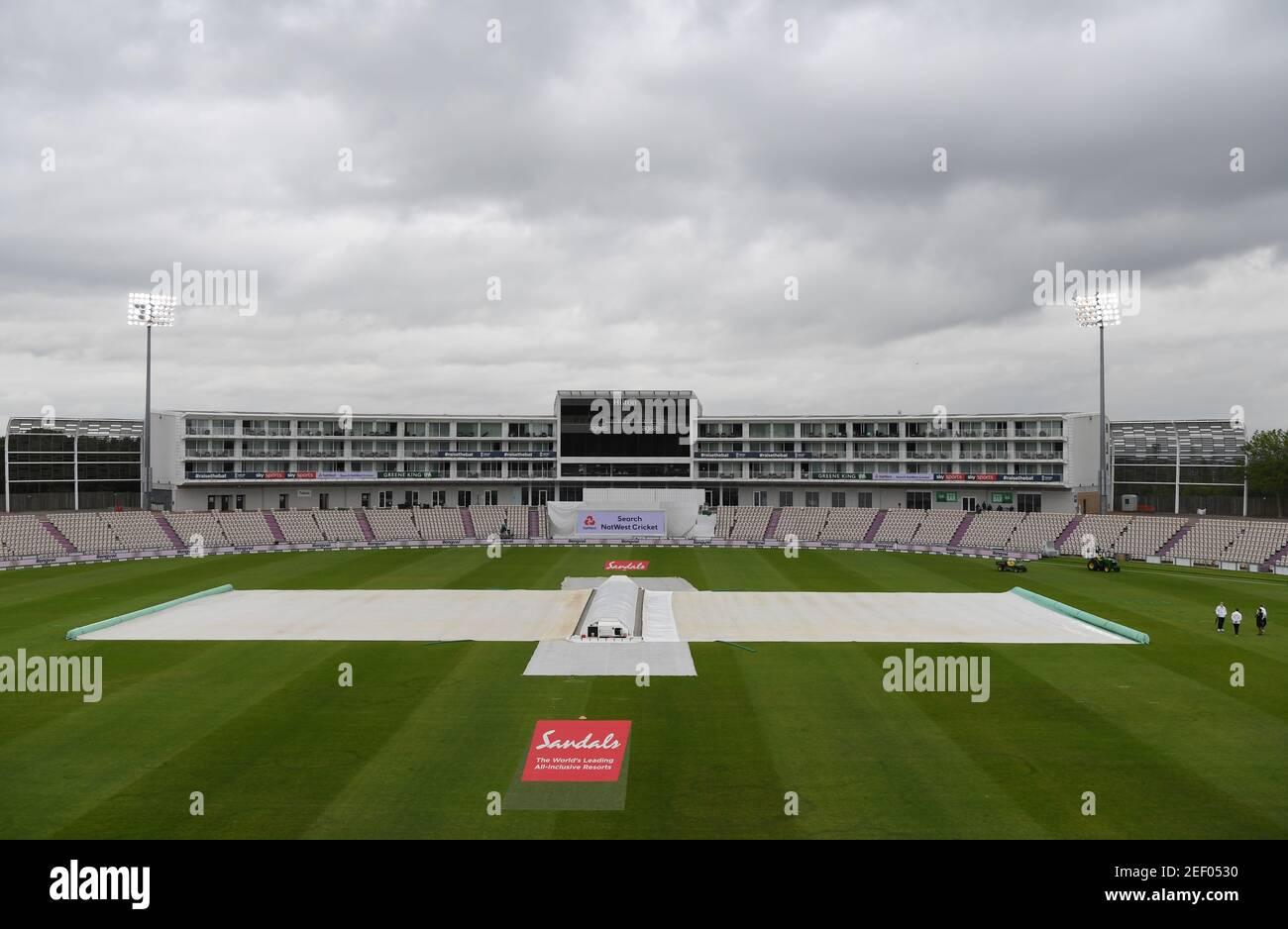 Cricket - First Test - England contra West Indies - Rose Bowl Cricket Stadium, Southampton, Gran Bretaña - 8 de julio de 2020 una visión general del campo cubierto durante un retraso de la lluvia, como el cricket se reanuda a puerta cerrada después del brote de la enfermedad del coronavirus (COVID-19) Mike Hewitt/Pool via REUTERS Foto de stock