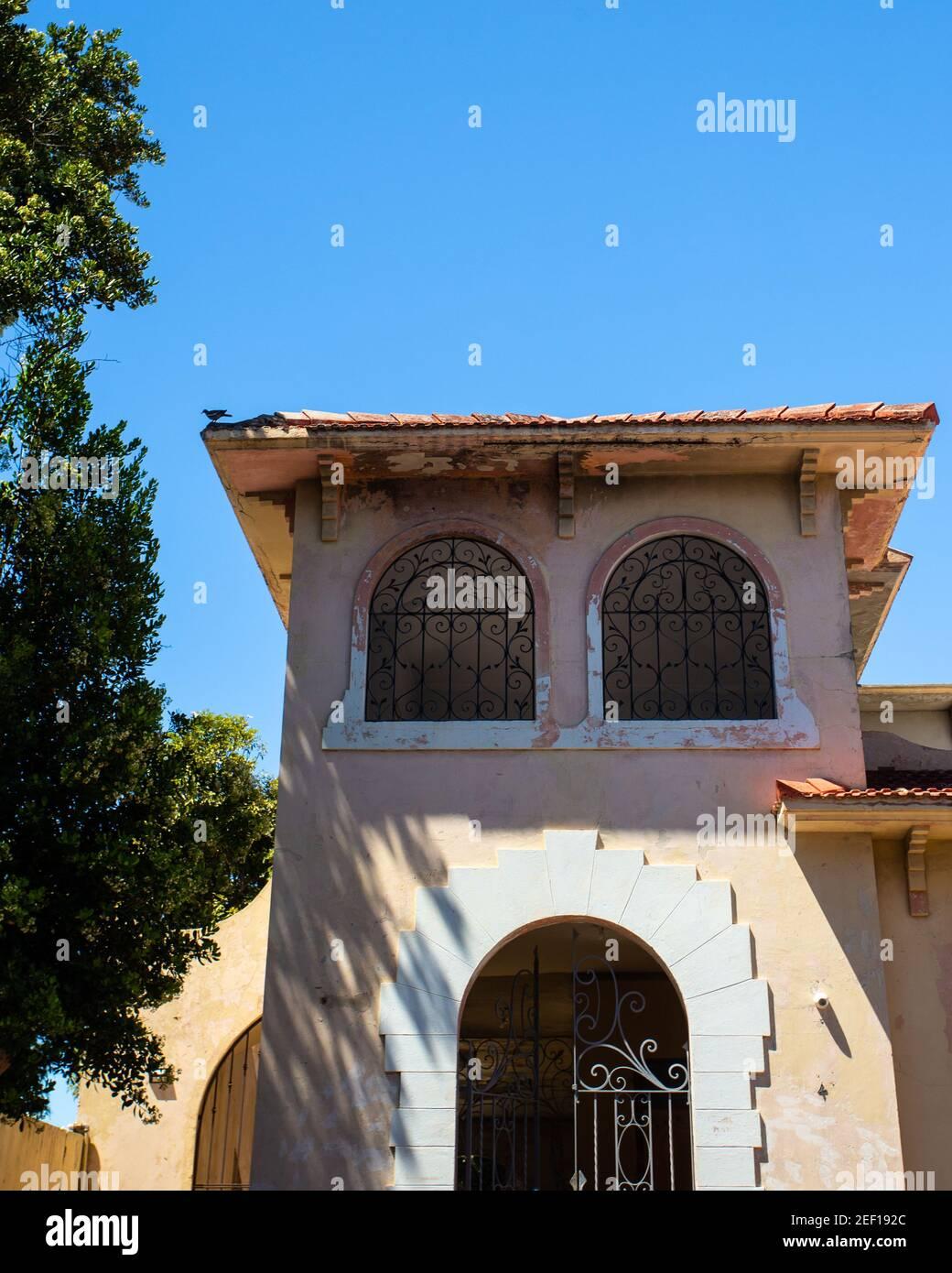 Imagen que muestra la arquitectura típica del Caribe con cielo azul Foto de stock