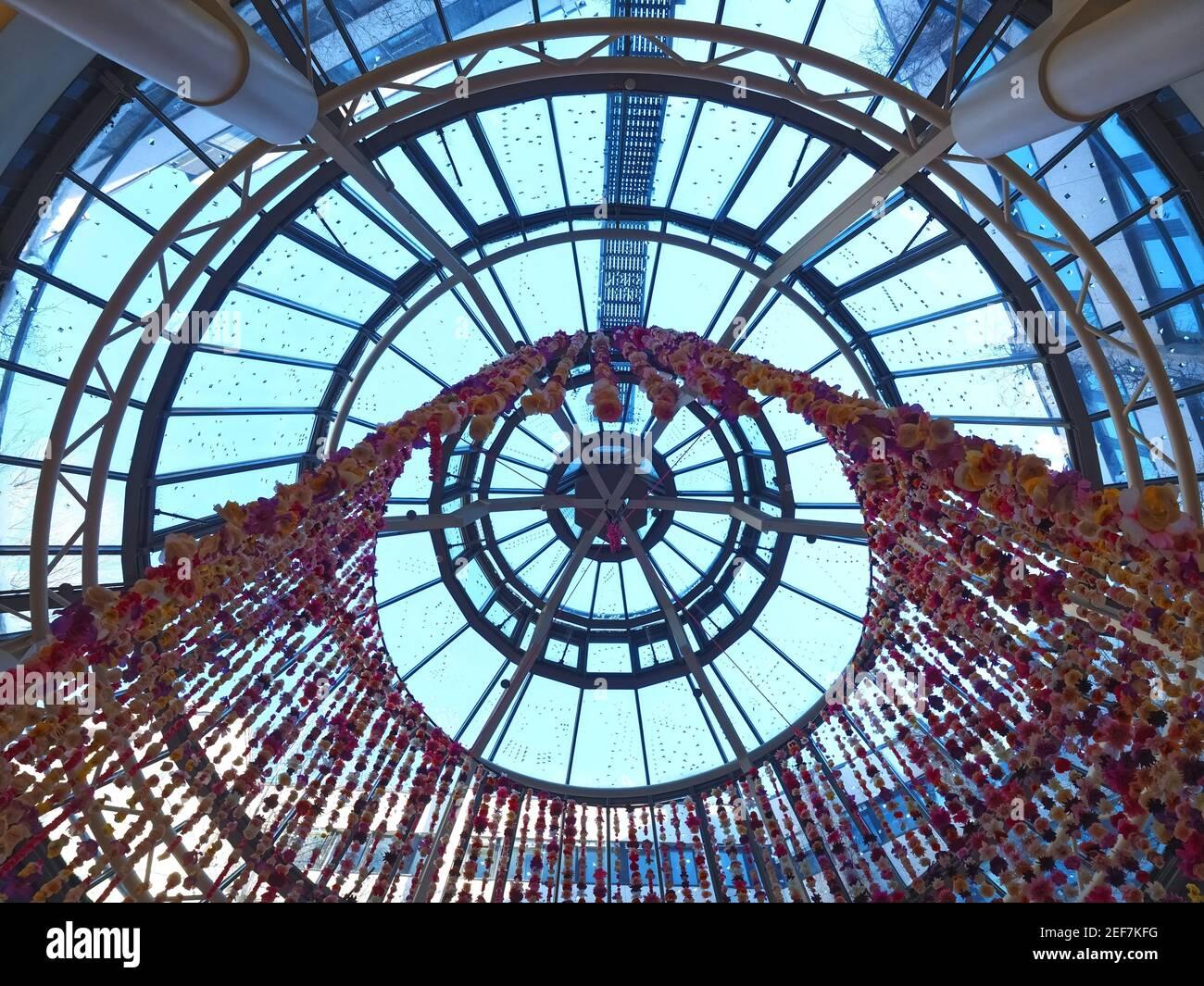 Techo dentro del famoso centro comercial Schadow Arkaden en Duesseldorf Foto de stock