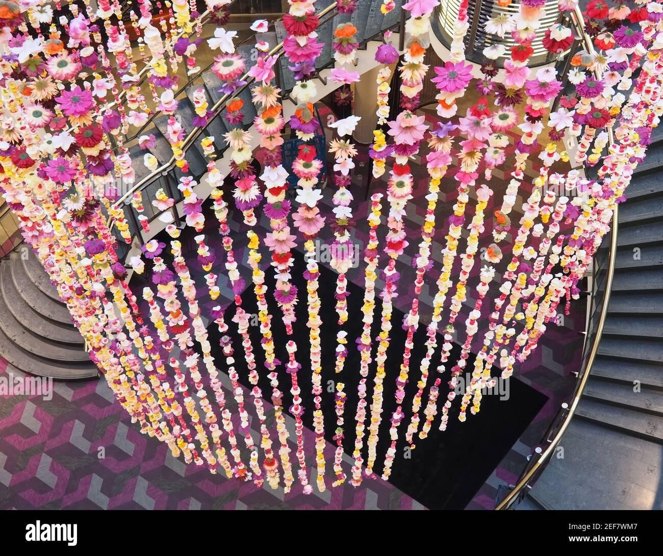 Escalera con decoración floral dentro del famoso centro comercial Schadow Arkaden En Düsseldorf Foto de stock
