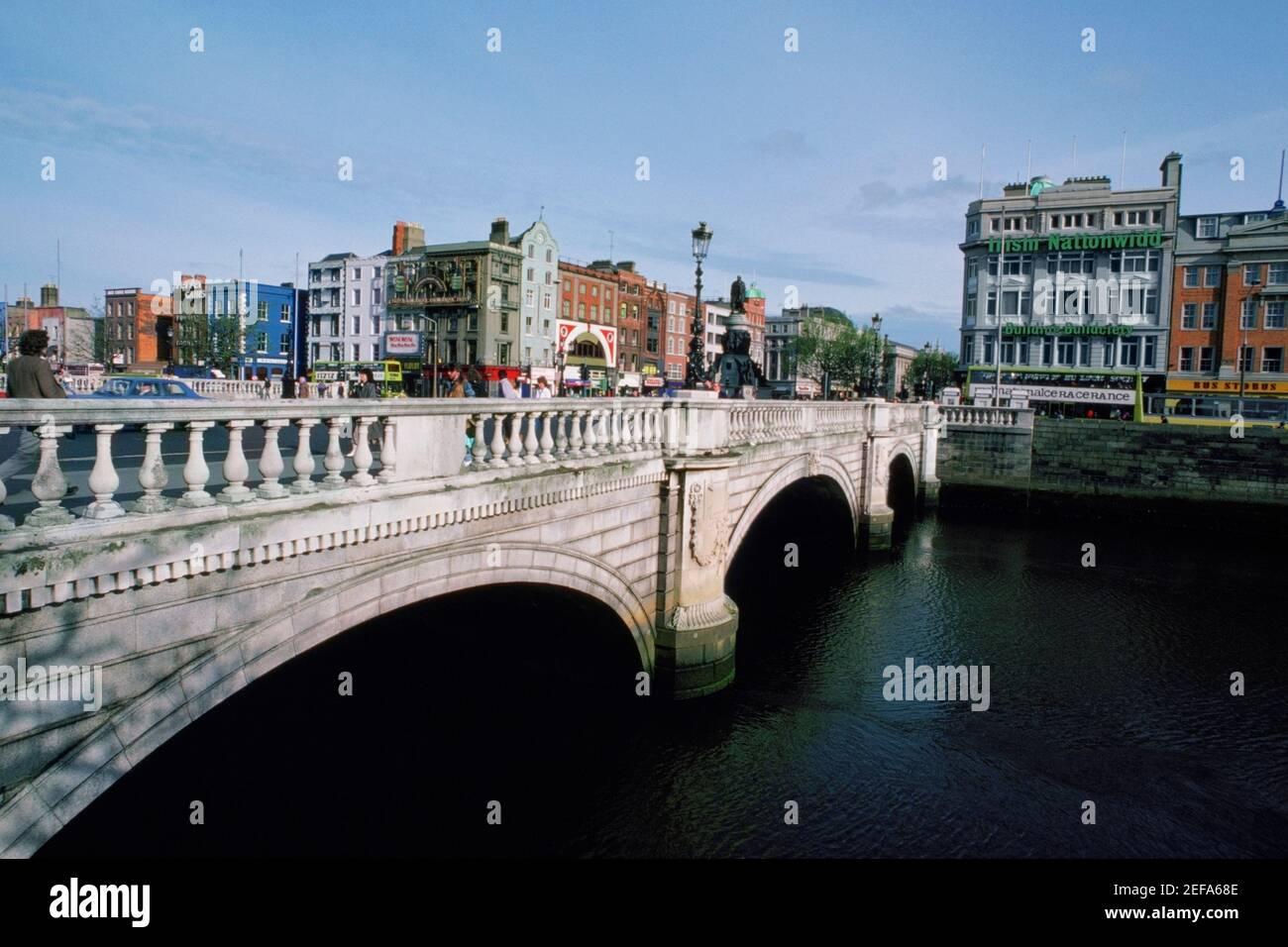 Novia sobre un río, OŽConnell Street Bridge, Río Liffey, Dublín, República de Irlanda Foto de stock