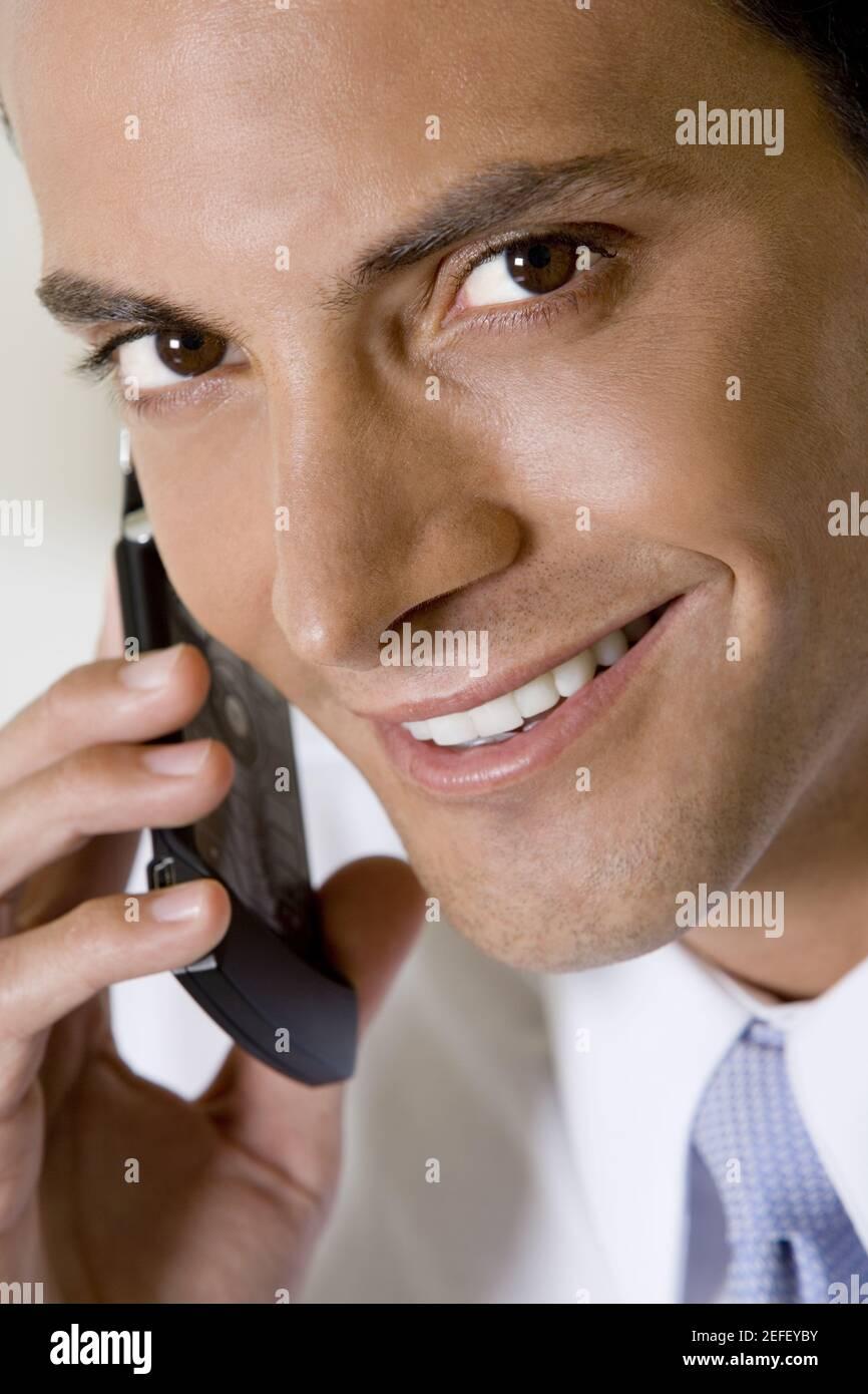 Retrato de un hombre de negocios hablando por un teléfono móvil Foto de stock