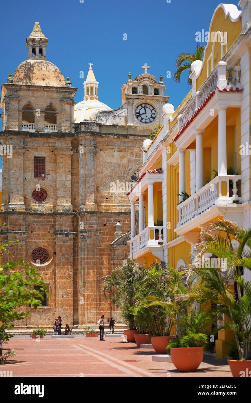 Turista frente a una catedral, Cartagena, Colombia Foto de stock