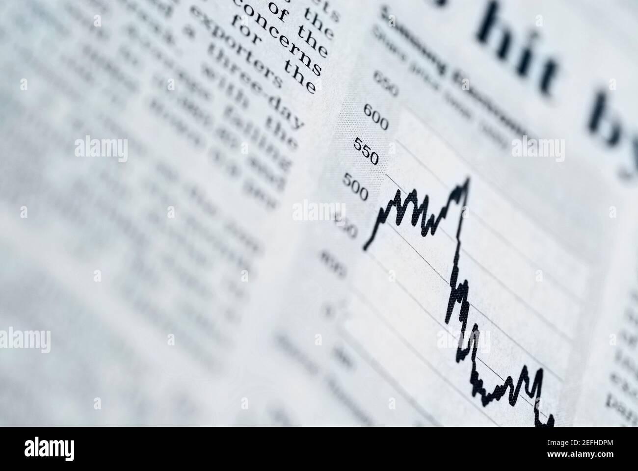 Primer plano de un gráfico de líneas en un informe de negocio Foto de stock