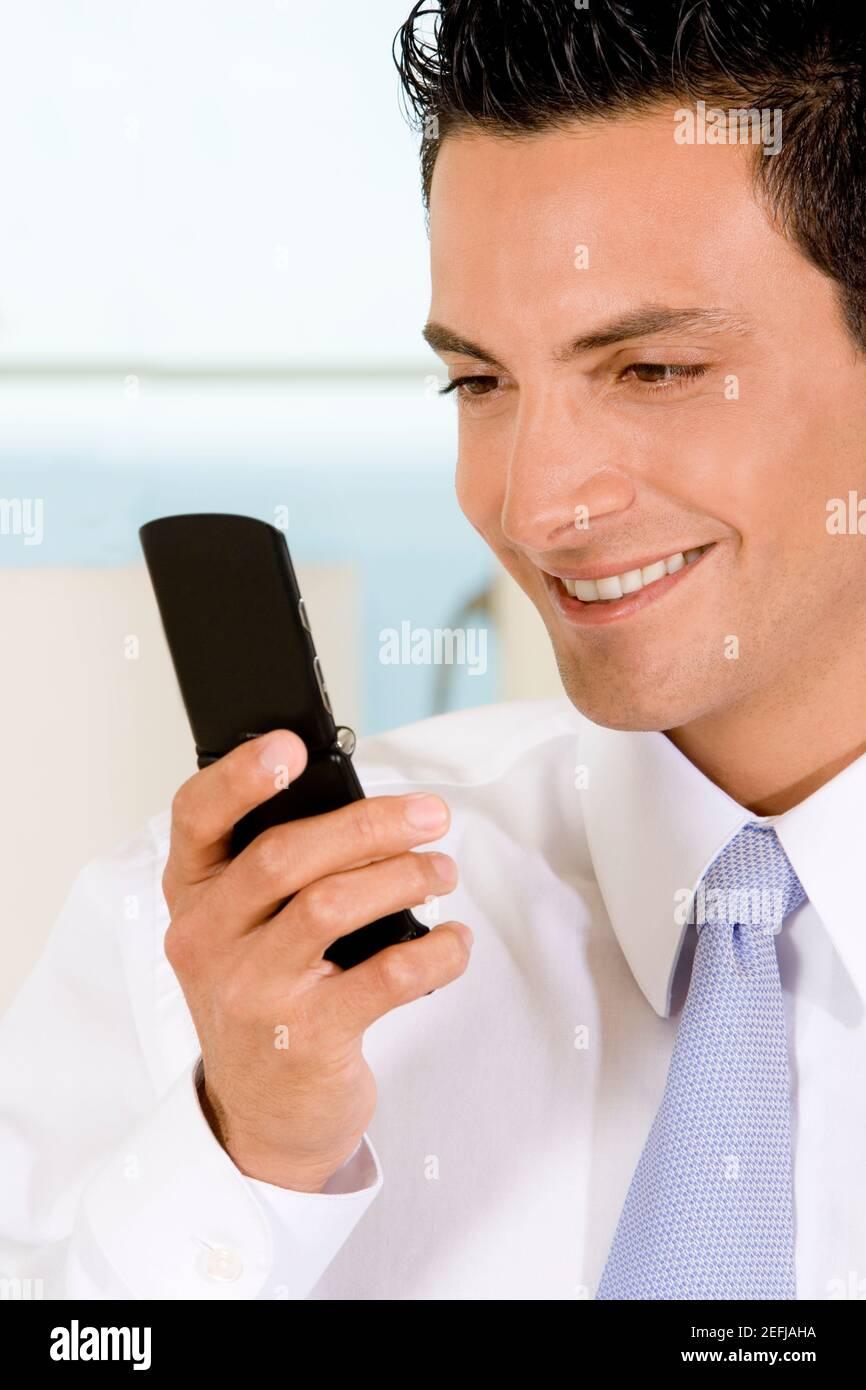Close-up de un empresario busca en un teléfono móvil Foto de stock