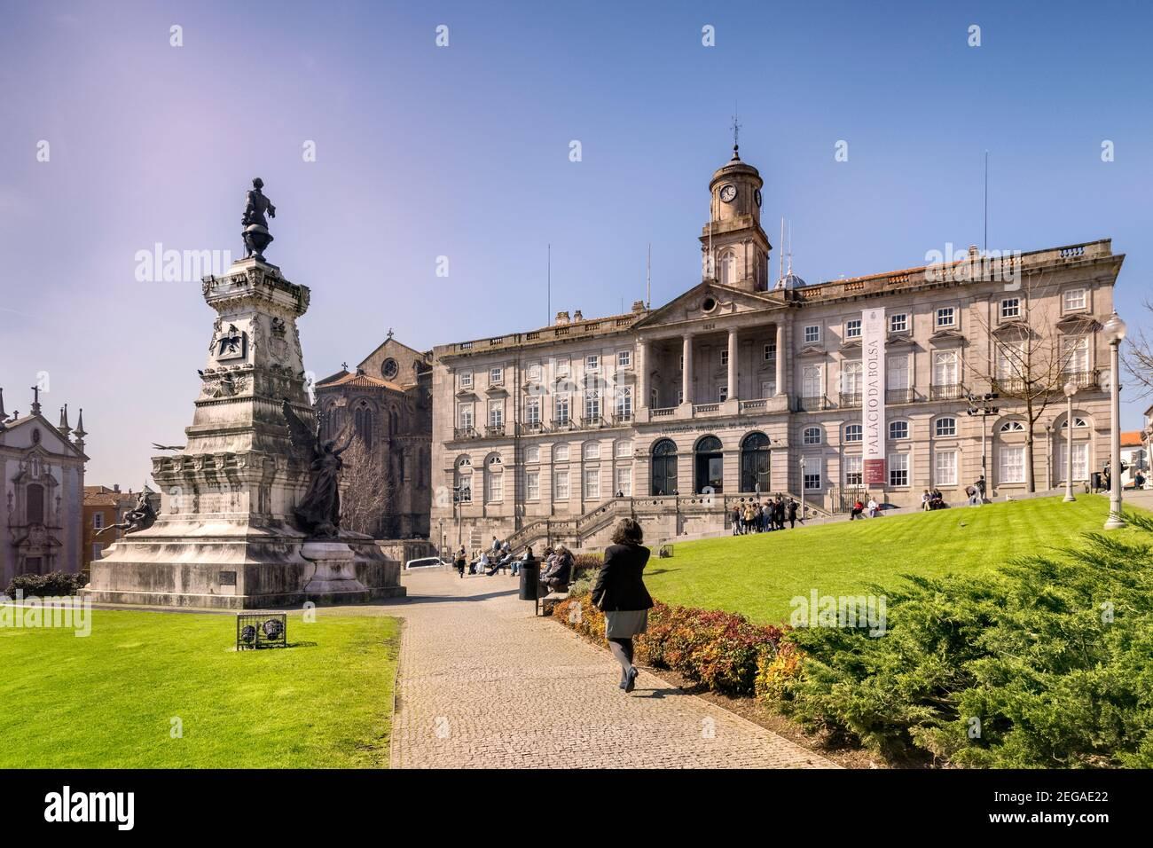 10 de marzo de 2020: Oporto, Portugal - Praca Infante Dom Henrique o el príncipe Enrique el lugar del navegador en Oporto, con el Palacio de la Bolsa, la antigua Bolsa de valores Foto de stock