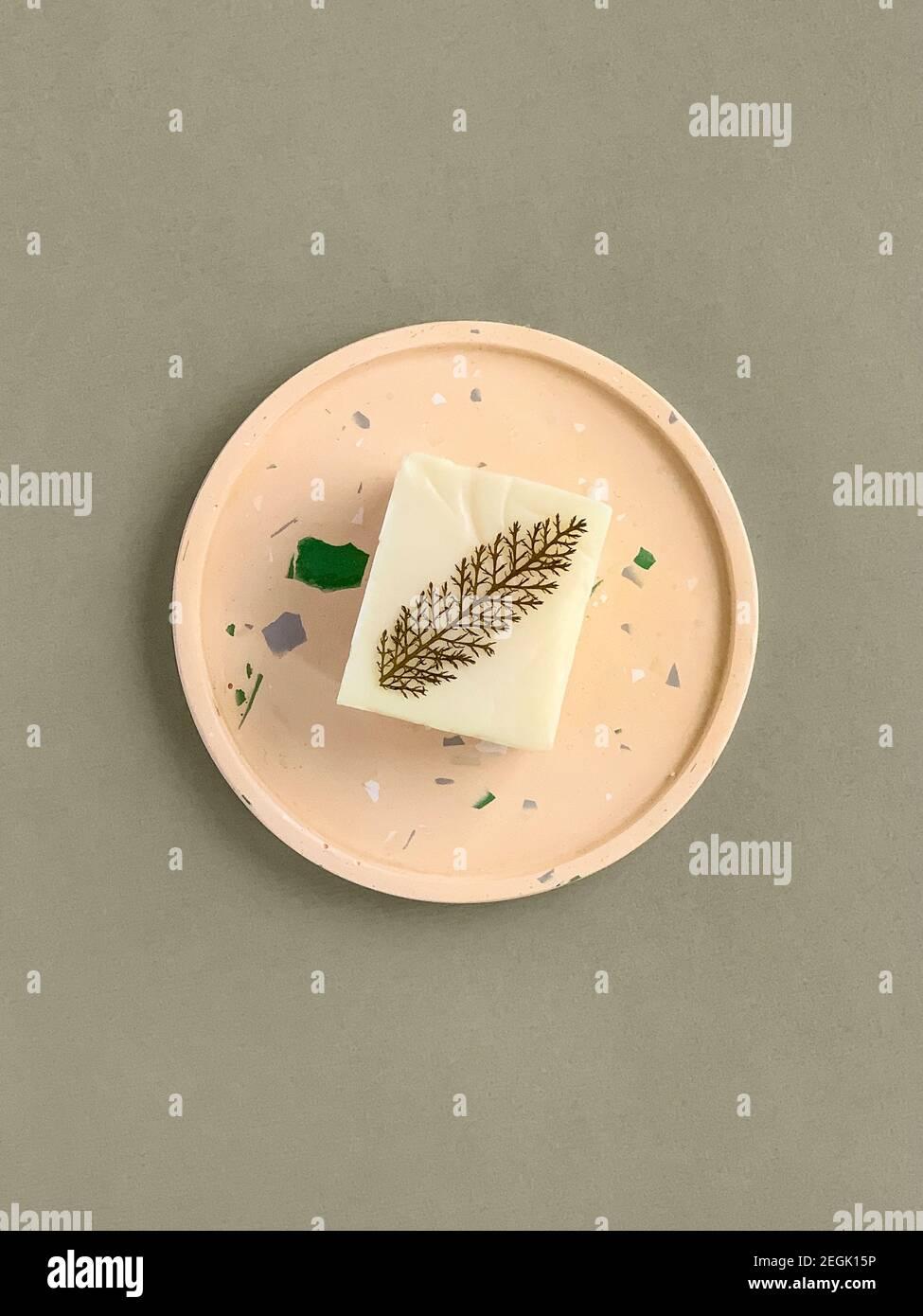 Jabón casero natural en una bandeja de hormigón Foto de stock