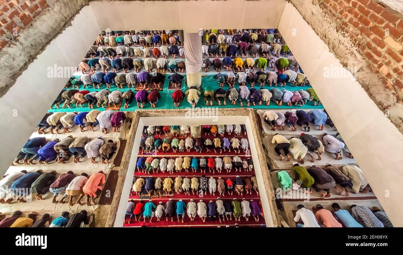 Barishal, Barishal, Bangladesh. 19 de febrero de 2021. A pesar de tener una crítica situación pandémica Covid-19 en Bangladesh, la gente se reúne en un gran número en la mezquita sin distanciamiento social para decir su oración Jummah en la ciudad de Barishal en Bangladesh. Crédito: Mustasinur Rahman Alvi/ZUMA Wire/Alamy Live News Foto de stock