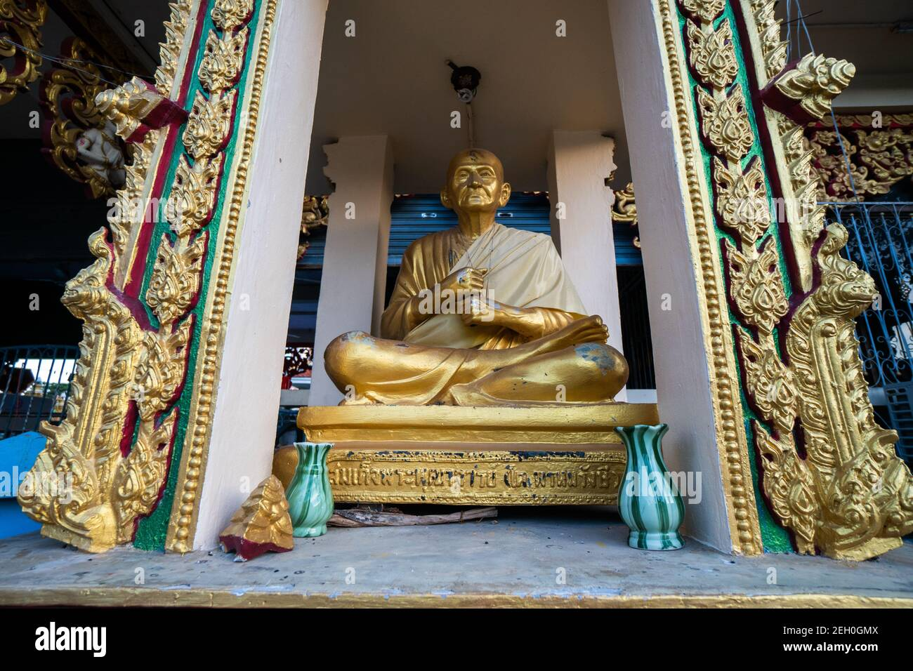 KOH SAMUI, TAILANDIA - 10 de enero de 2020: Estatua de Buda de Oro en el templo de Wat plai laem en koh samui tailandia. Foto de stock