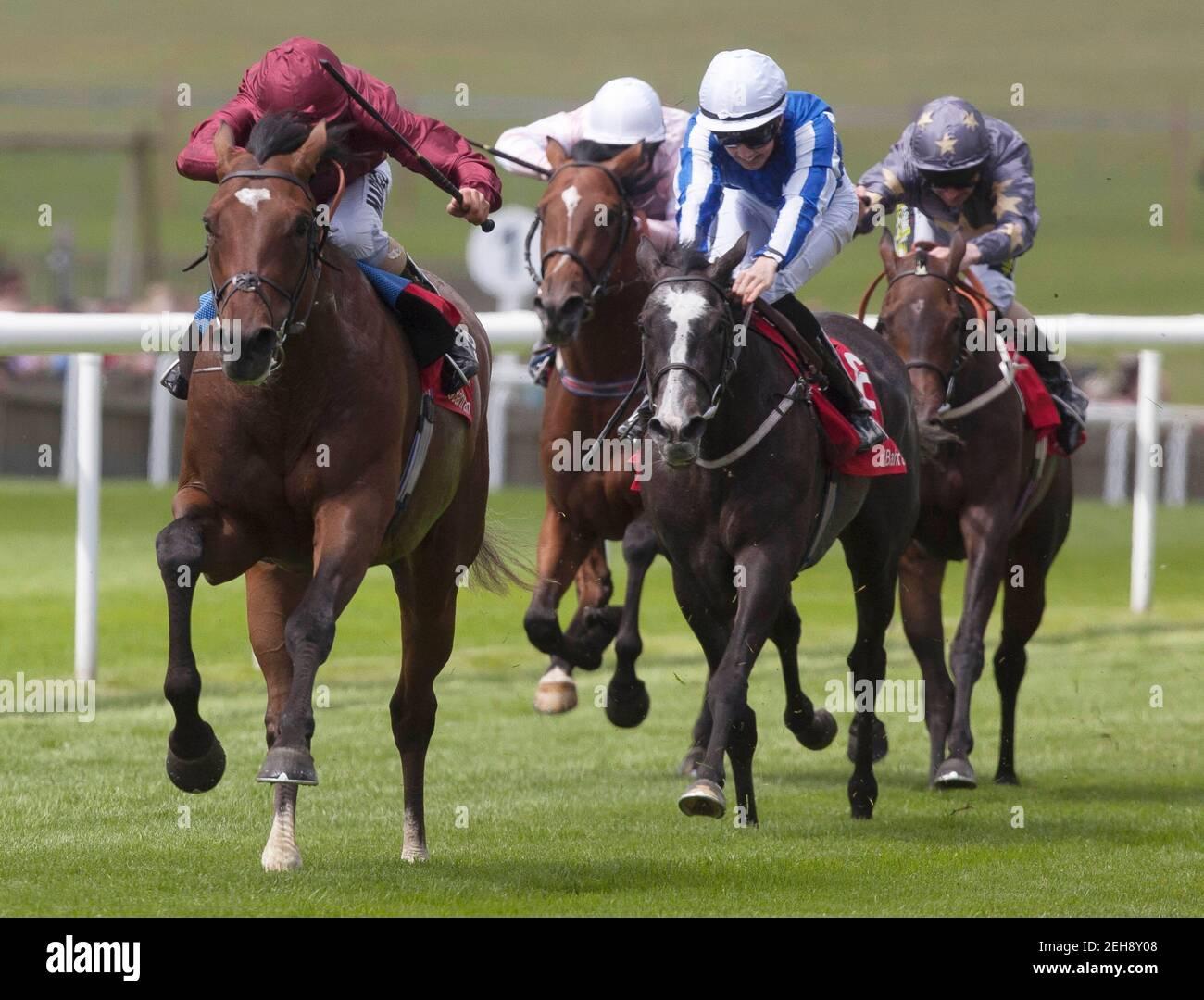 Carreras de caballos - Newmarket Festival de julio - Newmarket Racecourse - 12/7/12 Shantaram montado por William Buick (L) gana el 13.20 la carrera de trofeos de Bahrein crédito obligatorio: Imágenes de acción / Julian Herbert Livepic Foto de stock