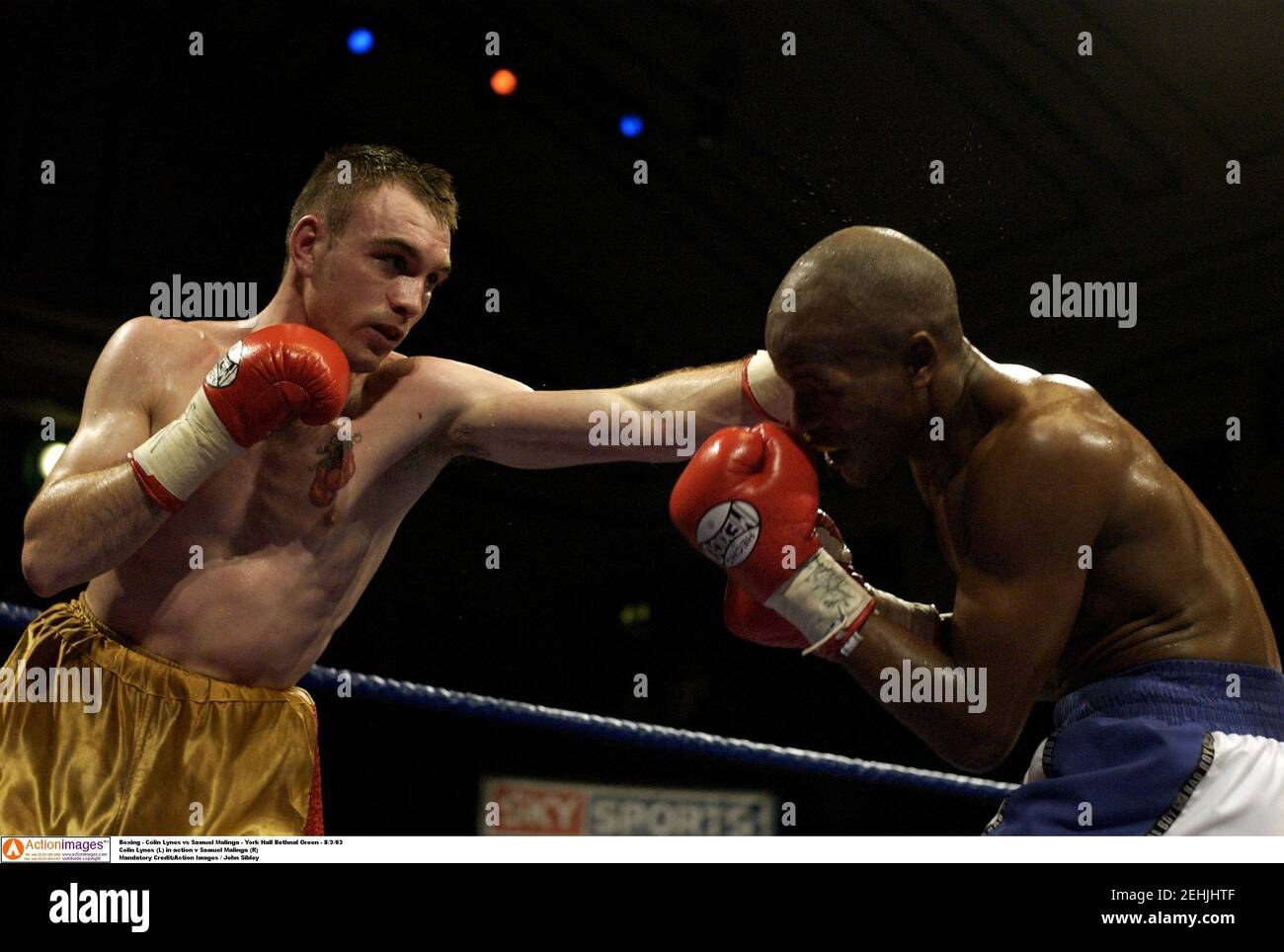 Boxeo - Colin Lynes vs Samuel Malinga - York Hall Bethenal Green - 8/3/03 Colin Lynes (L) en acción v Samuel Malinga (R) crédito obligatorio:Imágenes de acción / John Sibley Foto de stock