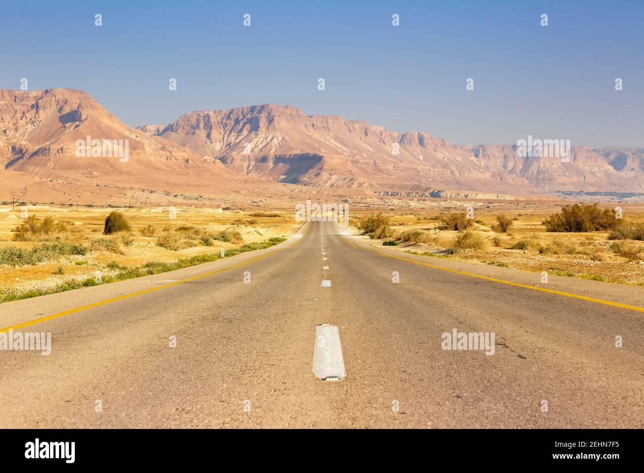 Sin fin de carretera conducir vacío desierto paisaje sin límite soledad distancia infinita Foto de stock