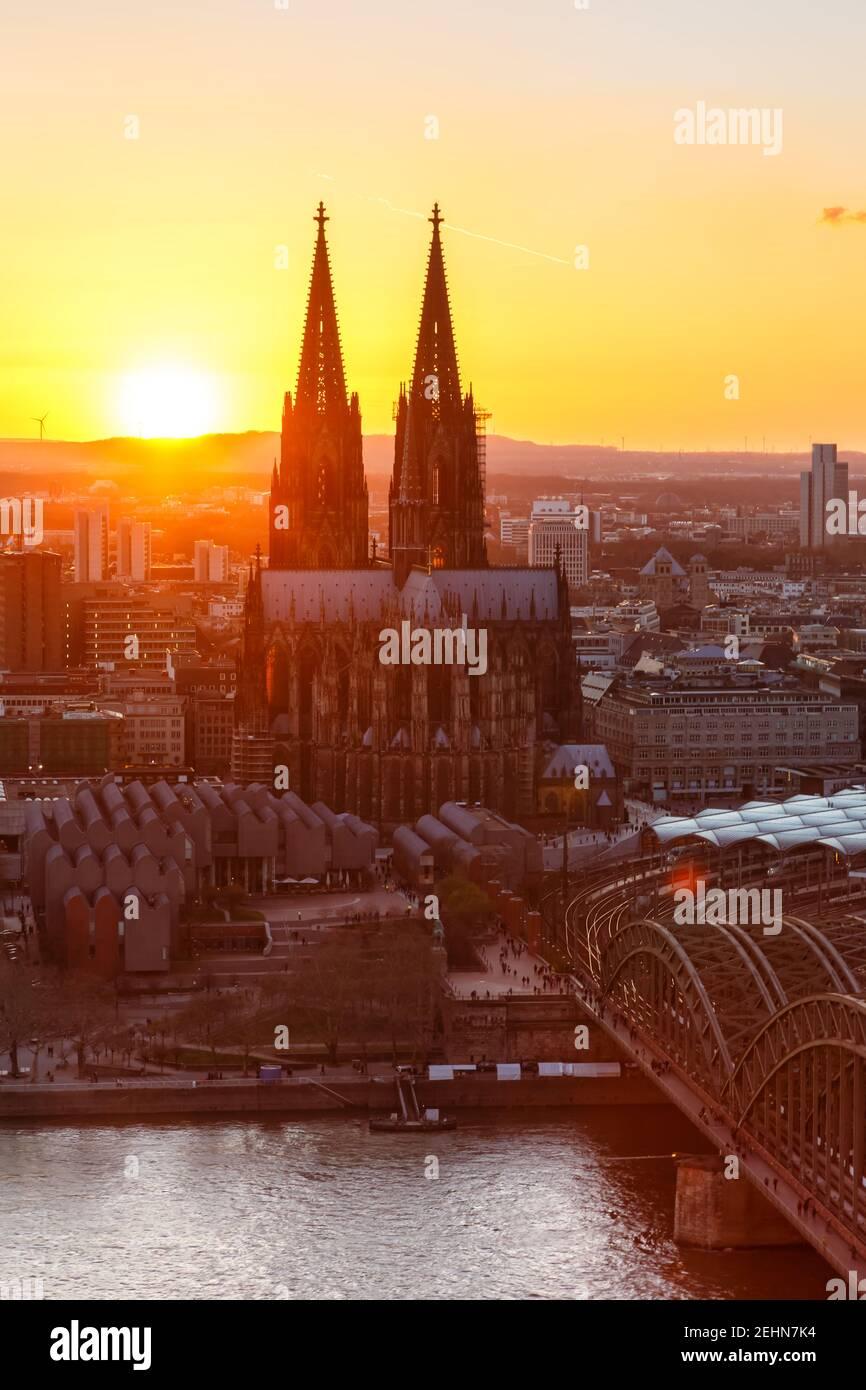 Colonia Catedral iglesia retrato formato Alemania horizonte ciudad puesta de sol puente por la noche Foto de stock