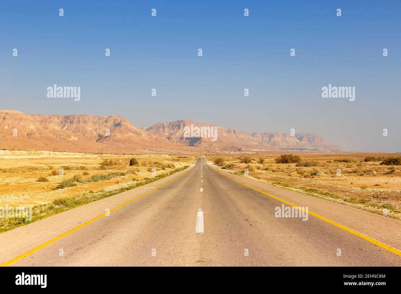 Carretera sin fin conducir vacío desierto paisaje copyspace copiar espacio distancia infinita Foto de stock
