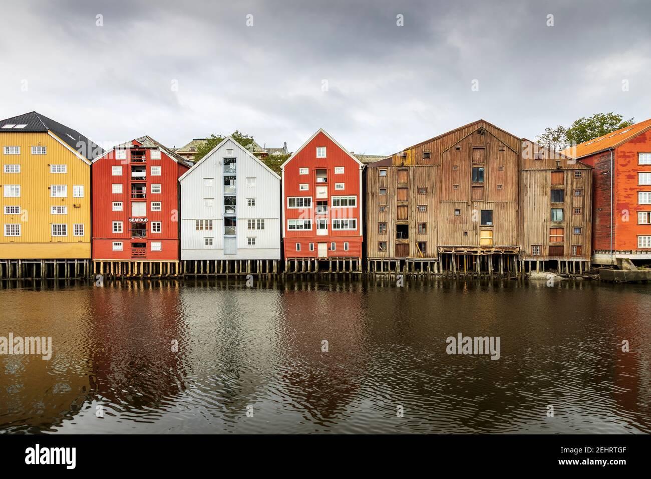 Coloridos edificios a lo largo del río nidelva, en Trondheim, Noruega. Foto de stock