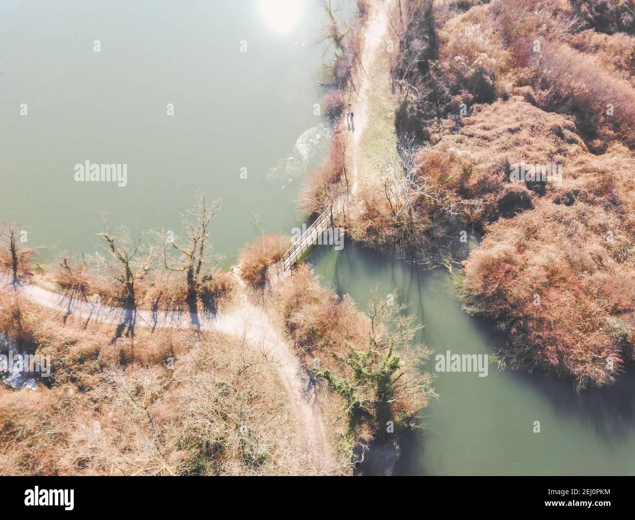 Vista aérea del estanque pesquero de Savica, situado cerca de la planta de calefacción oriental en la ciudad de Zagreb, sobre el puente de madera aislada que cruza el agua Foto de stock