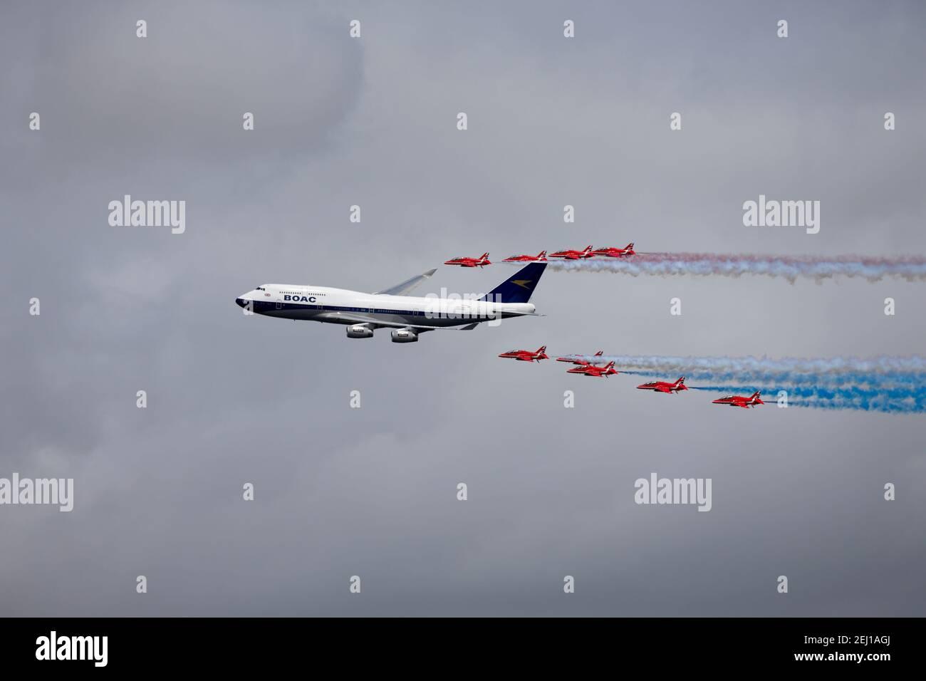 RAF Fairford, Gloucestershire, Reino Unido - Julio de 20 2019: Un Boeing 747- 400 de British Airways con las flechas rojas en el Riat 2019 Foto de stock