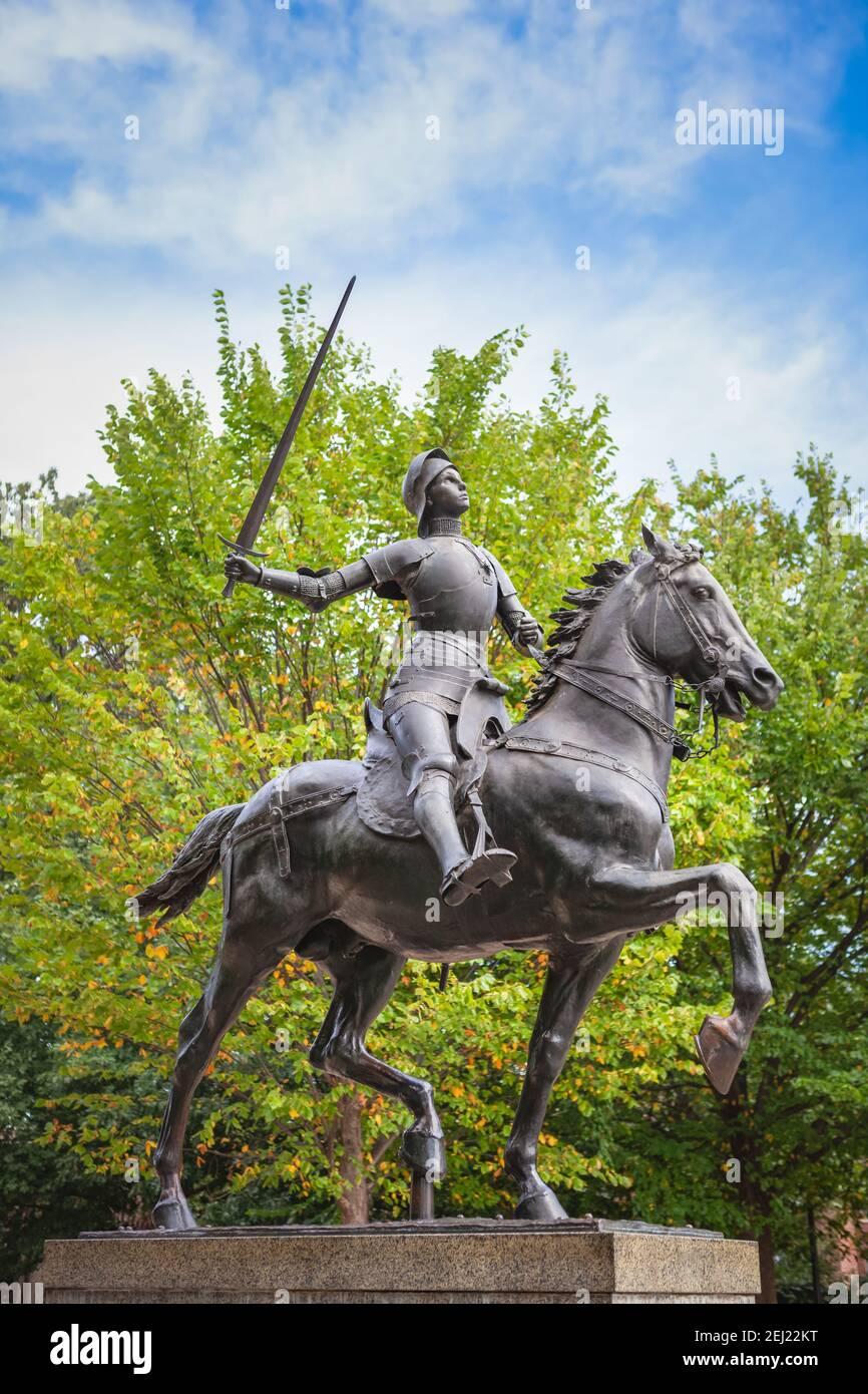 Estatua de Juana de Arco en Meridian Hill Park en el barrio de Columbia Heights de Washington, DC. La estatua fue esculpida por Paul Dubois y completada Foto de stock