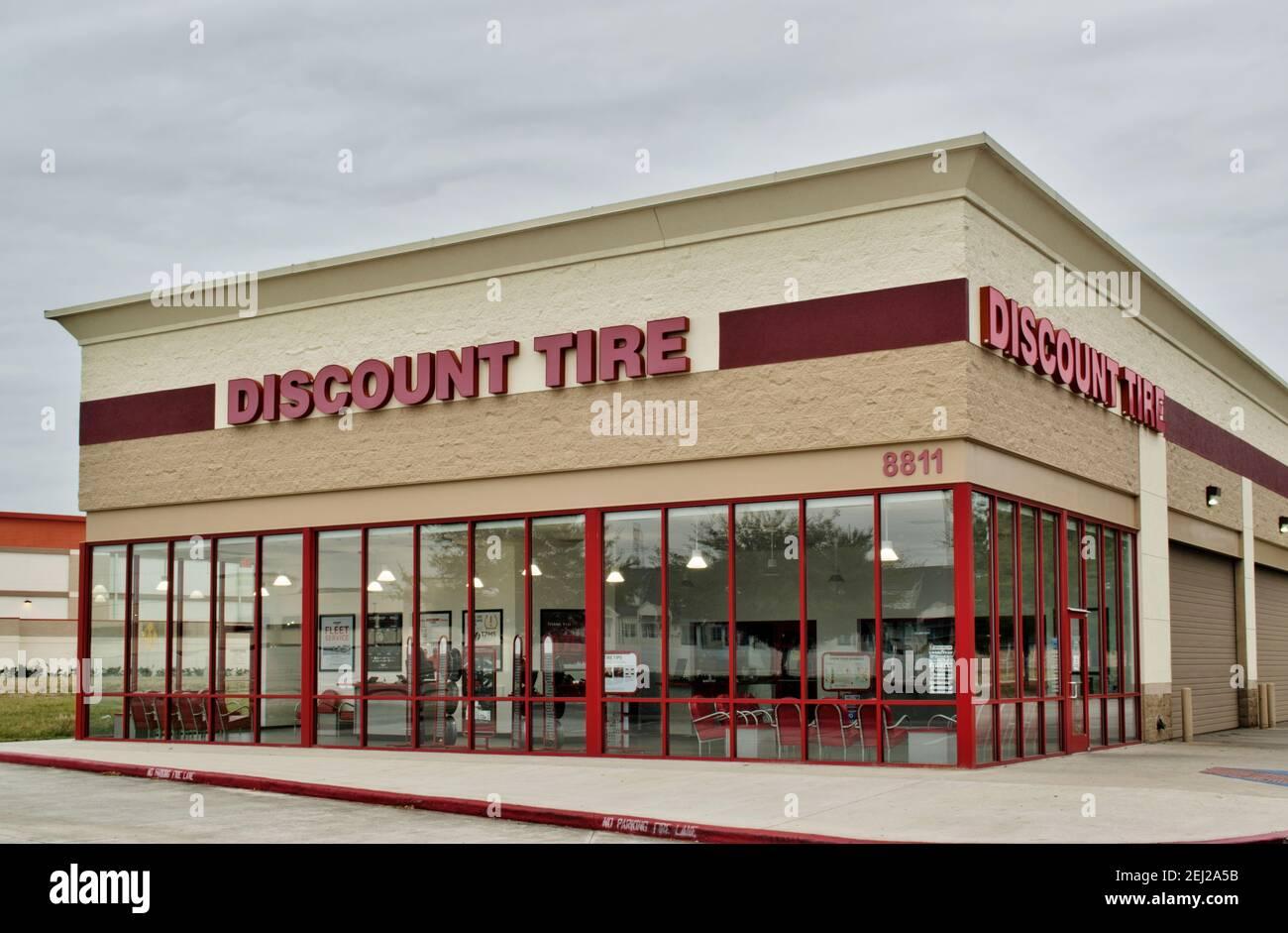 Humble, Texas USA 01-01-2020: Descuento Tienda de neumáticos exterior en Humble, TX, vista angular. Foto de stock