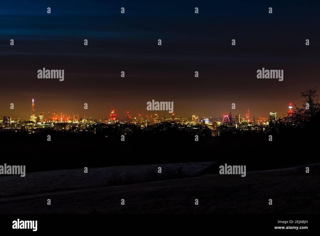 Vista panorámica de Londres desde el Shard hasta la Torre BT, tomada antes del amanecer desde Hampstead Heath, Londres, Reino Unido Foto de stock