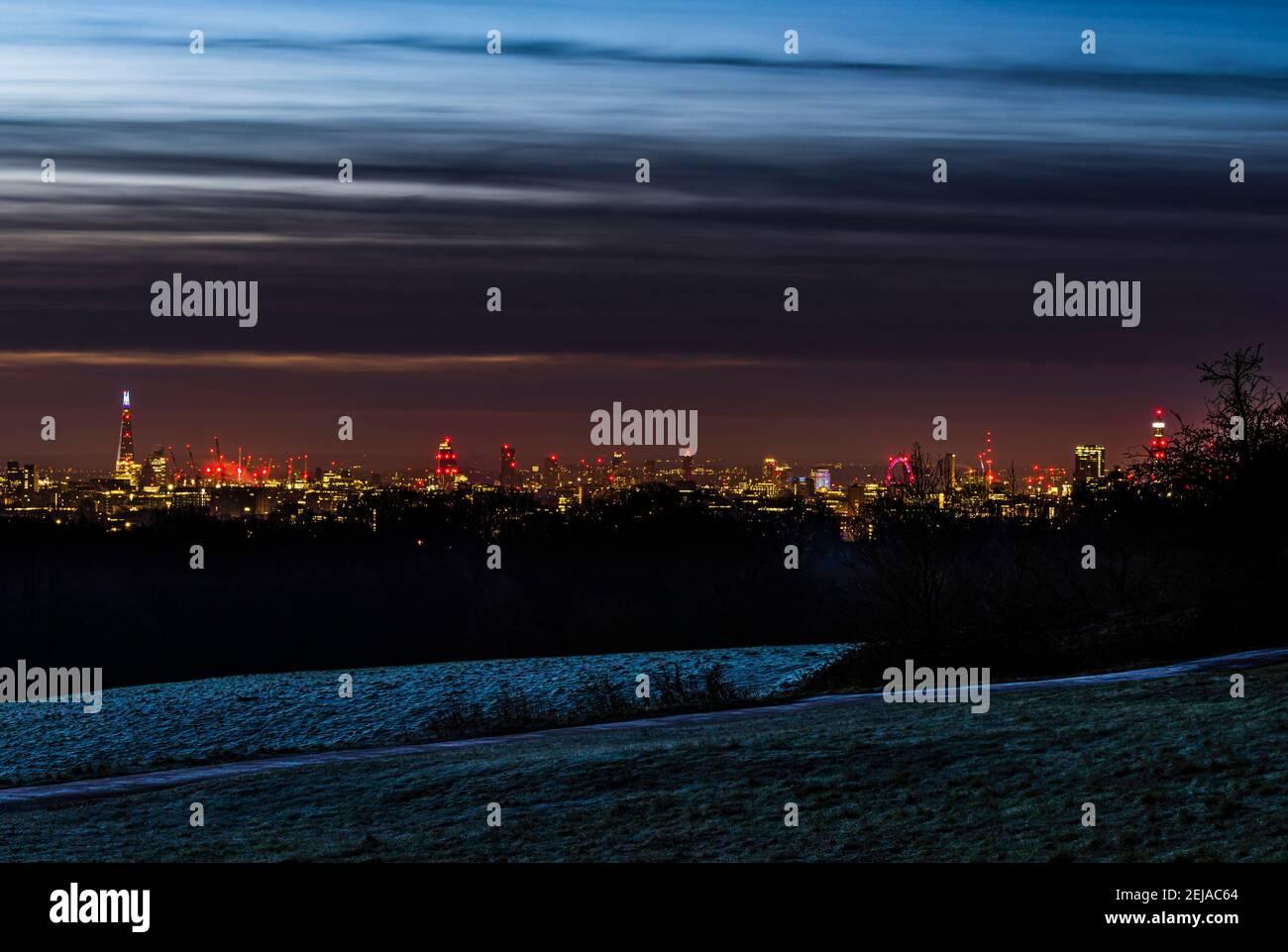 Vista panorámica del horizonte de Londres desde el Shard hasta la Torre BT, tomada al amanecer desde Hampstead Heath, Londres, Reino Unido Foto de stock