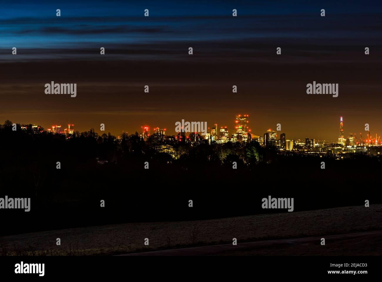 Vista panorámica del horizonte de Londres desde Canary Wharf hasta el Shard, tomada antes del amanecer desde Hampstead Heath, Londres, Reino Unido Foto de stock